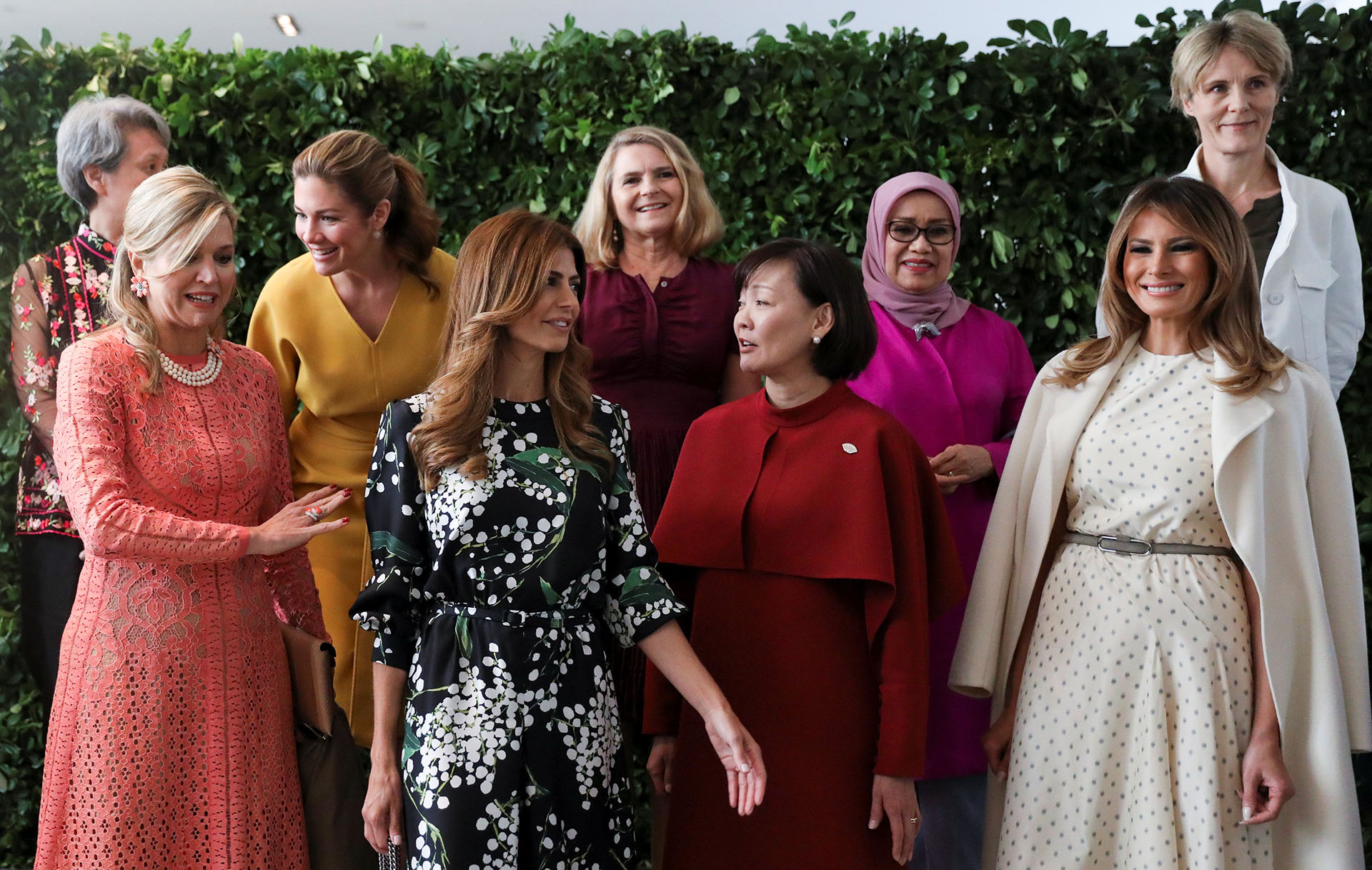 Verdaderas mujeres empoderadas en su mediodía de Malba, en Buenos Aires: la reina Máxima Zorreguieta (Holanda), Juliana Awada (Argentina),Jung- sook Kim (Corea del Sur), Melania Trump (Estados Unidos), Ho Chin (Singapur), Sophie Trudeau (Canadá), Mufidah Jusuf Kalla (Indonesia) Małgorzata Tusk (Consejo Europeo) y Diana Carney (Consejo de Estabilidad Financiera).