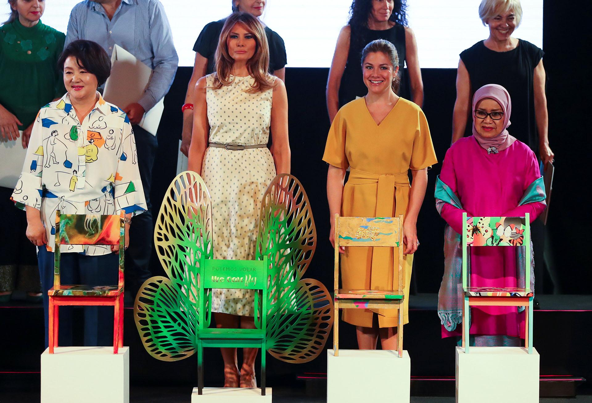 Las primeras damas junto a las obras de arte que Awada les exhibió durante la visita en el Malba. Son sillas intervenidas por artistas.