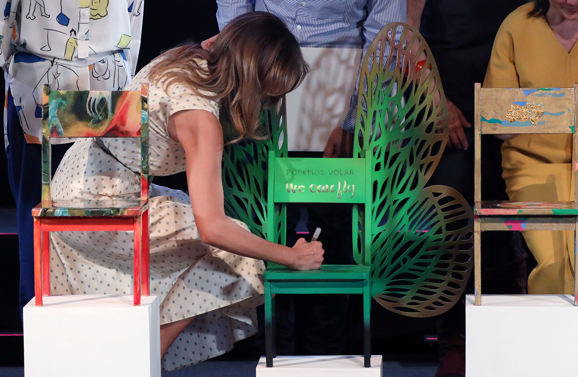 En una de las sillas presentadas por artistas, la primera dama de Estados Unidos firmó una de ellas como recuerdo de su paso por el museo