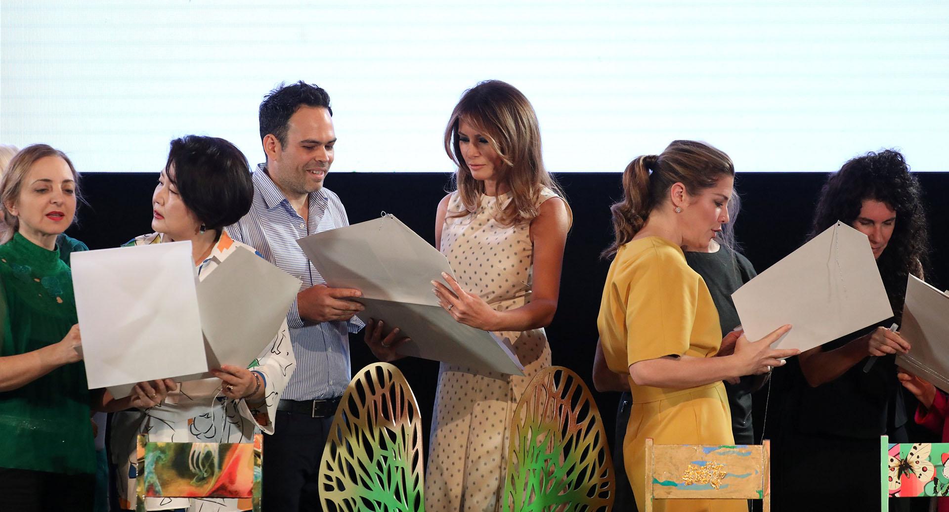 Todas las damas observaron atentamente los bocetos originales de los artistas argentinos . Cada una con su intérprete le explicaron en detalle cada uno de los proyectos