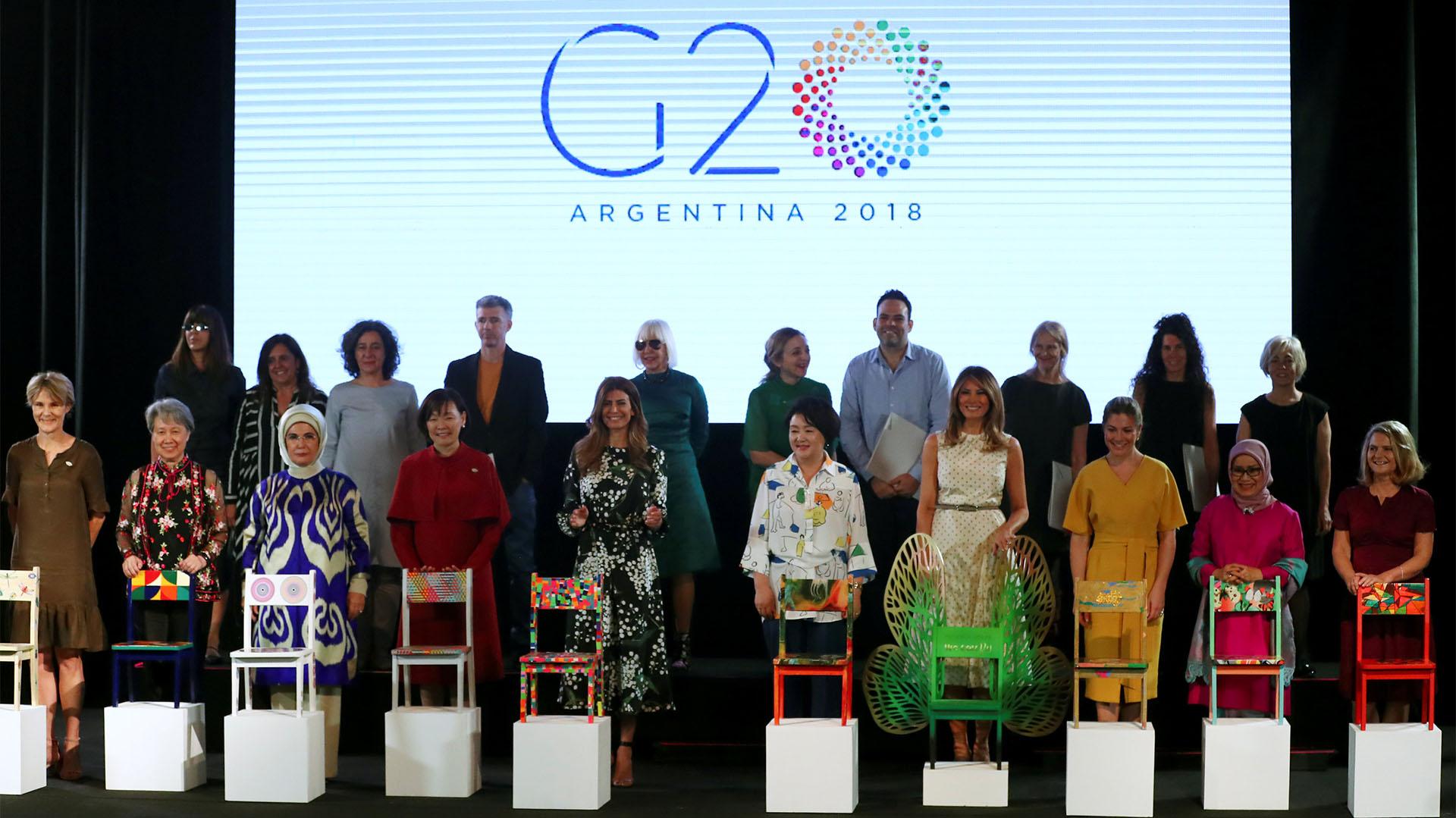 Las primeras damas del mundo junto a los artistas que intervinieron las sillas