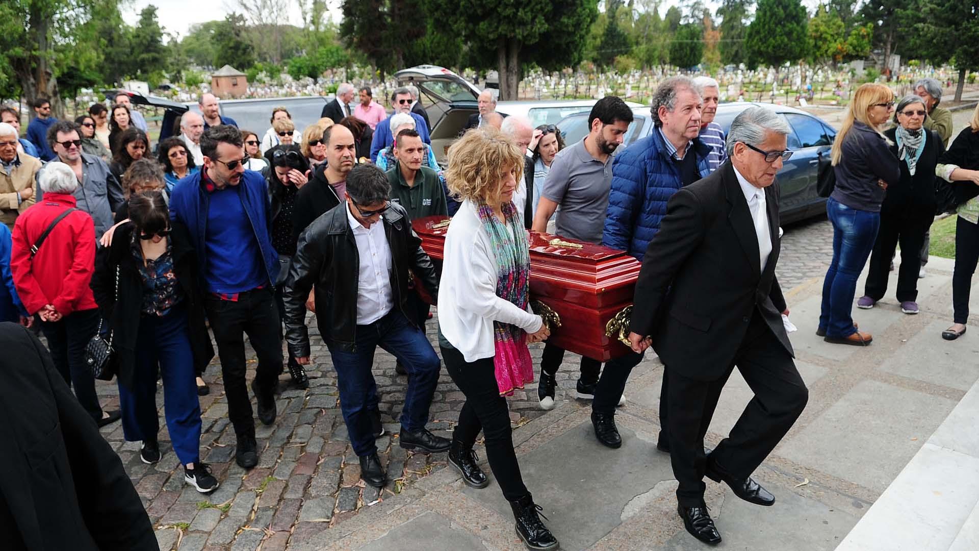 Sus familiares y amigos portan el cajón rumbo a la capilla donde se realizó la misa de responso