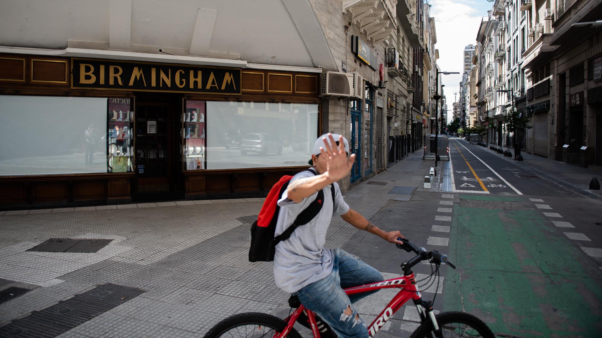 Un ciclista solitario circula por las calles vacías