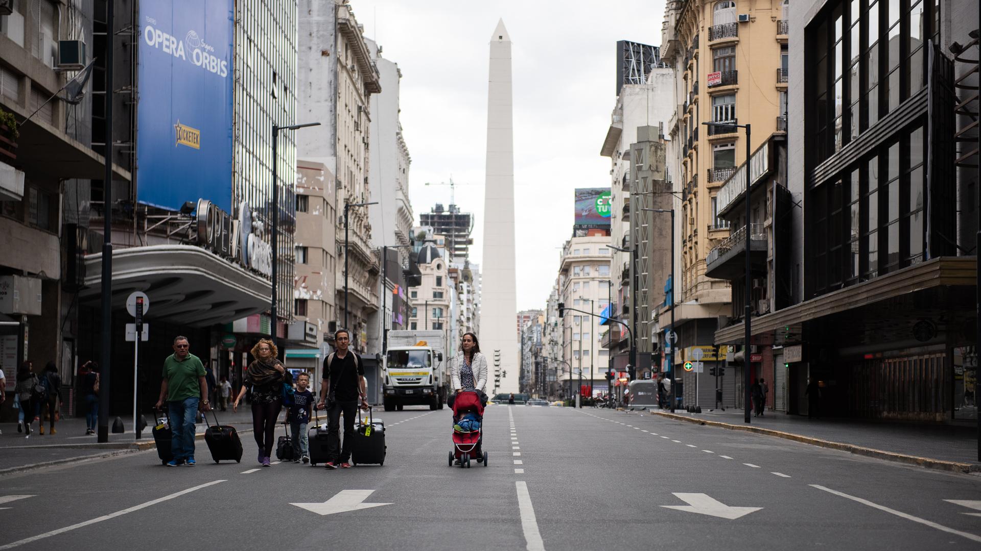 Una postal del sábado en avenida Corrientes, con el Obelisco en el horizonte