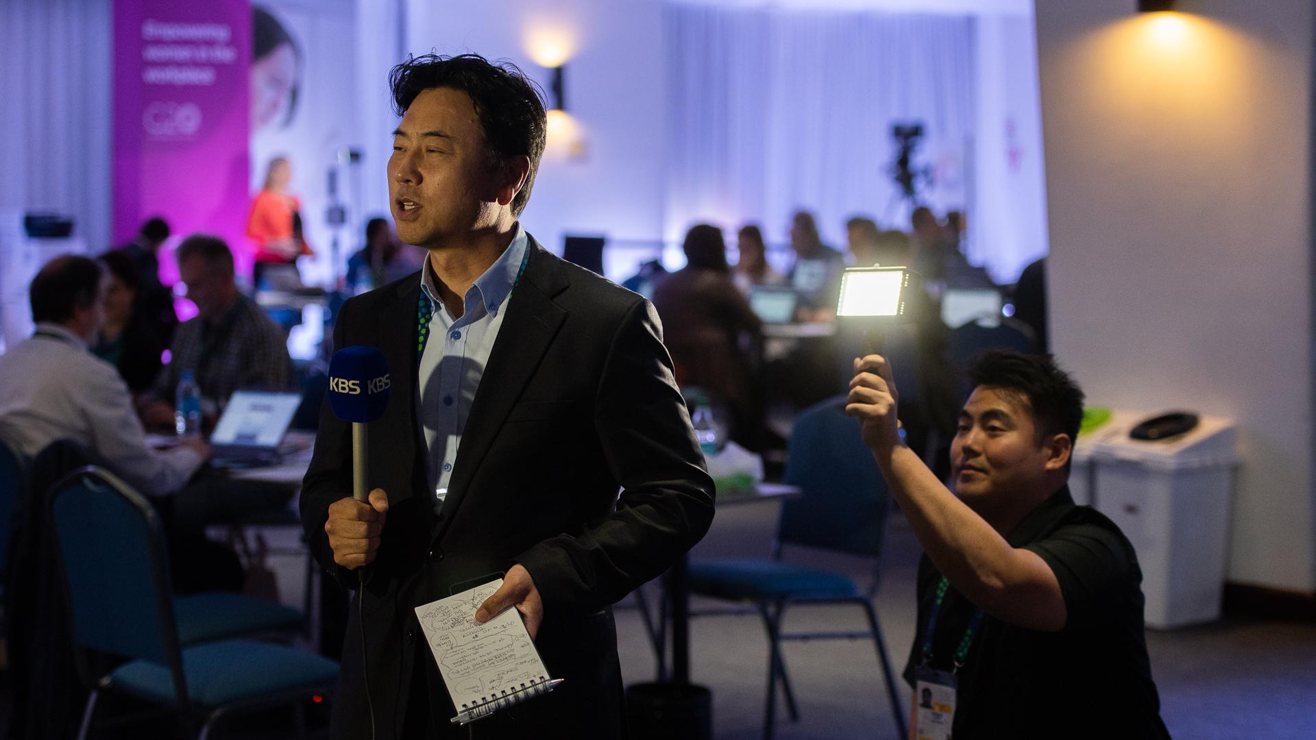 Un reportero de la cadena coreana de noticias KBS