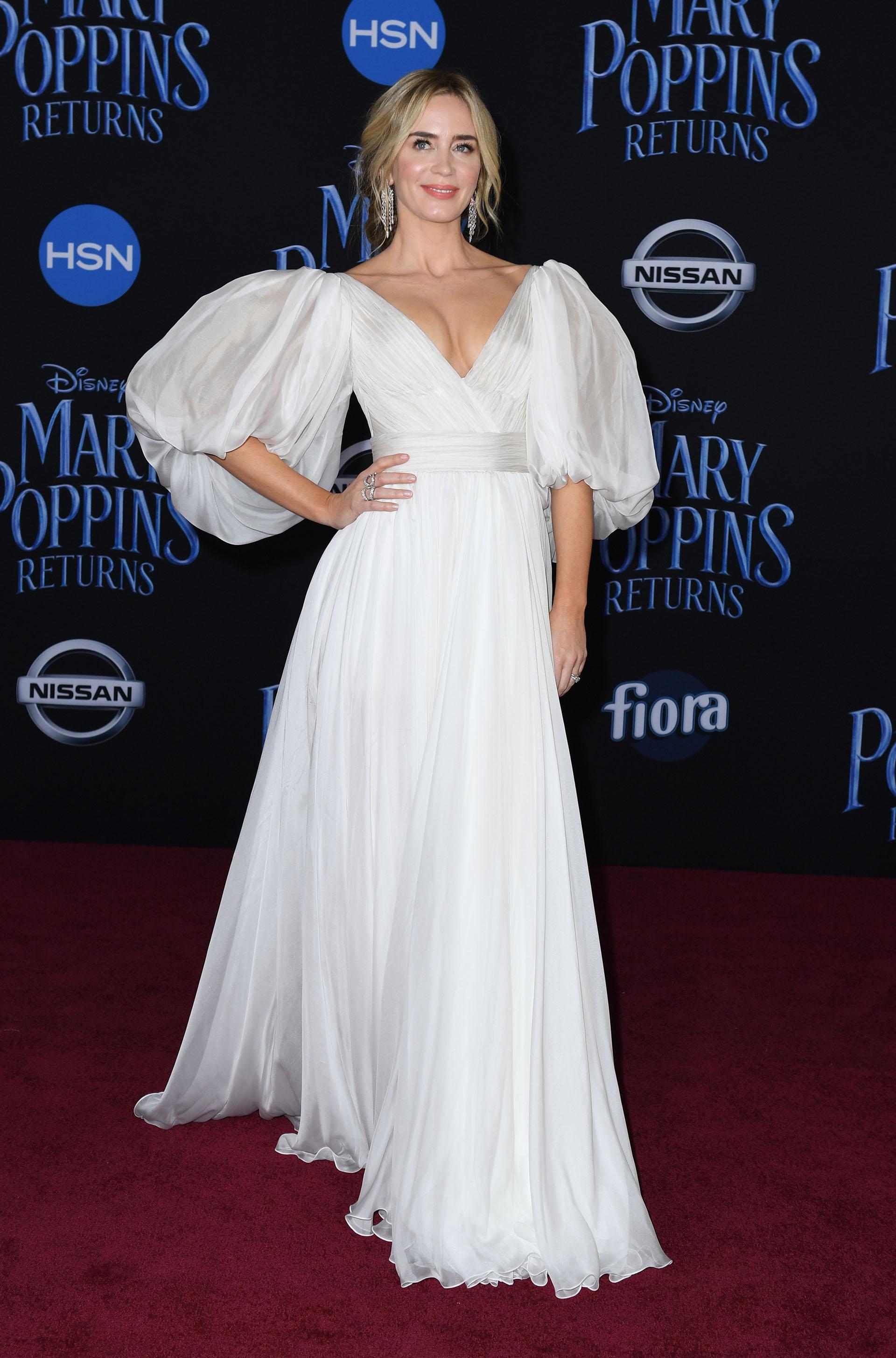 """La gran protagonista de """"El regreso de Mary Poppins"""": Emily Blunt lució fabulosa en un vestido blanco de gala, a su llegada a la red carpet"""