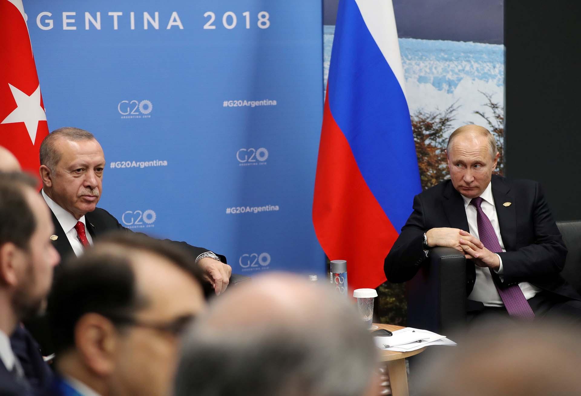 Vladimir Putin observa a Tayyip Erdogan