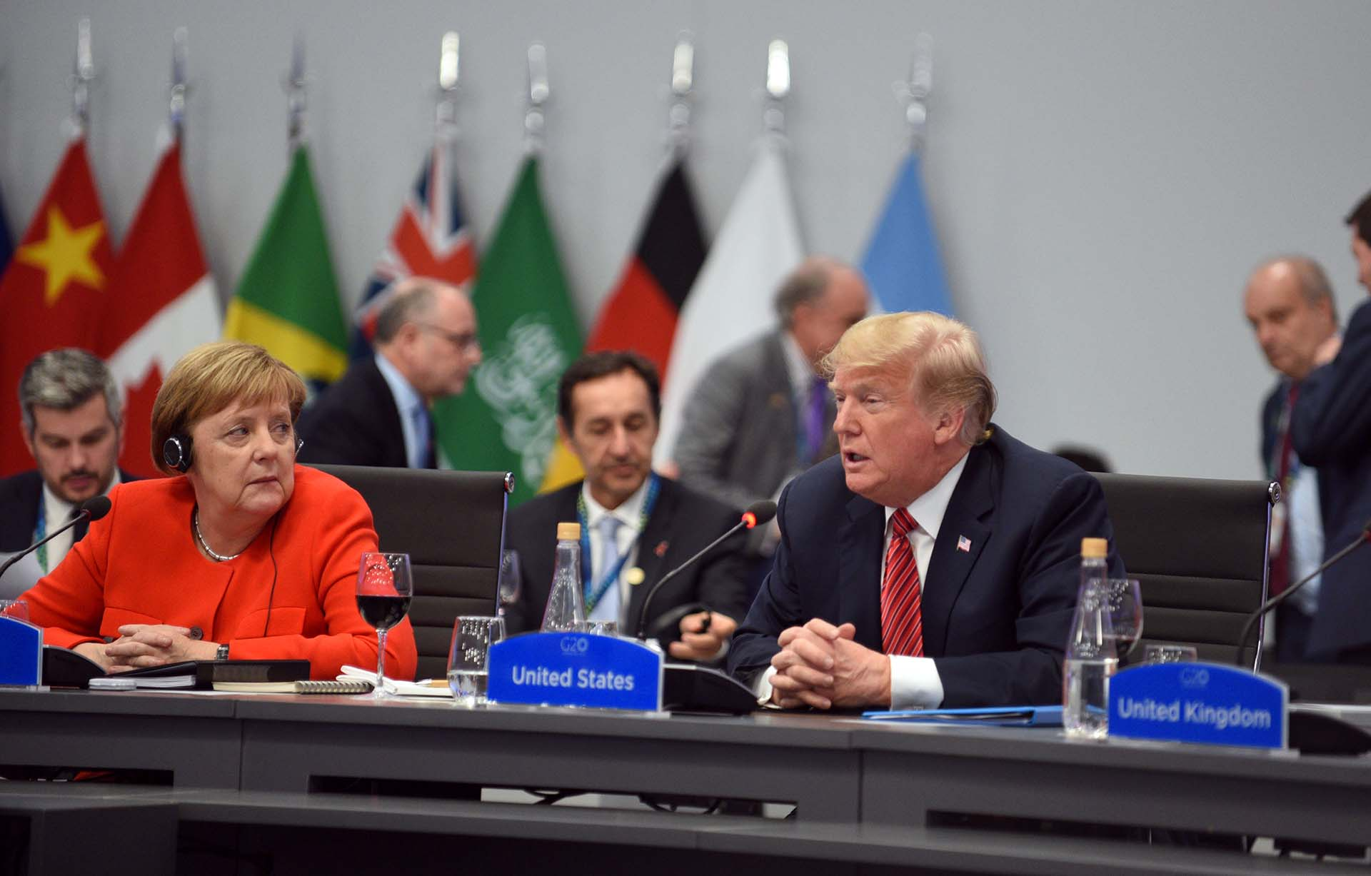 Angela Merkelobserva aDonald Trumpen el plenario de presidentes