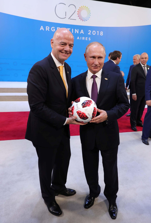 Vladimir Putincon el presidente de la FIFAGianni Infantino