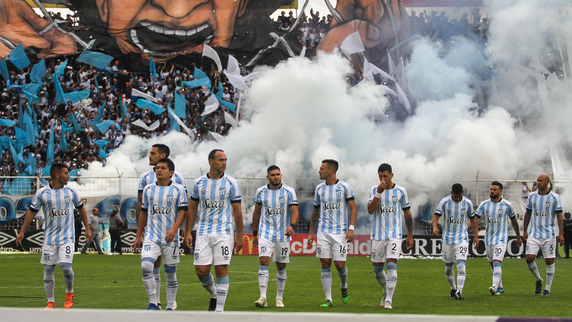 El estadio José Fierro se tiñó de celeste y blanco en la salida de los equipos (Nicolás Nuñez)