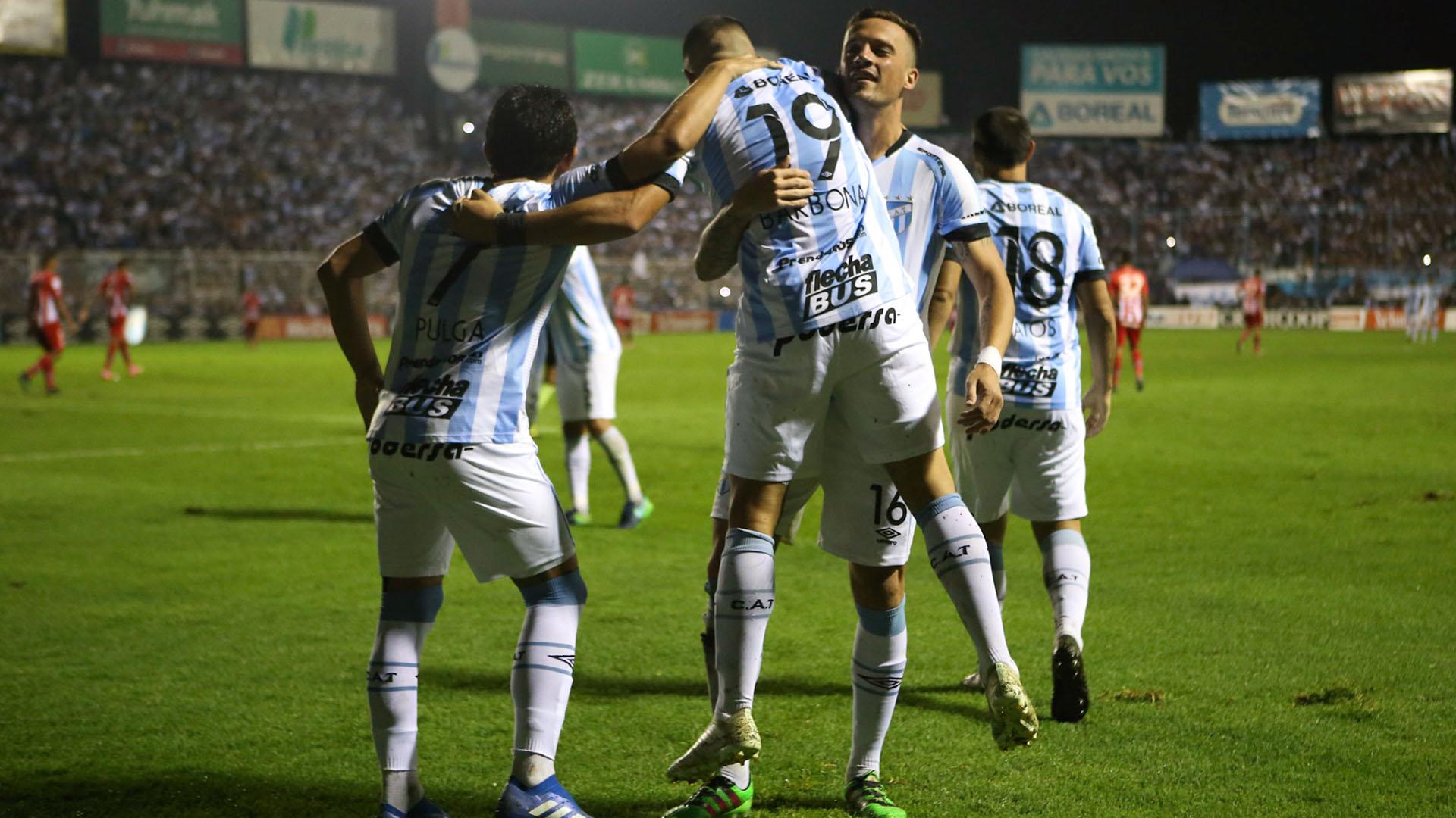 Barbona es felicitado por sus compañeros luego de anotar el 2-0 parcial (Nicolás Nuñez)