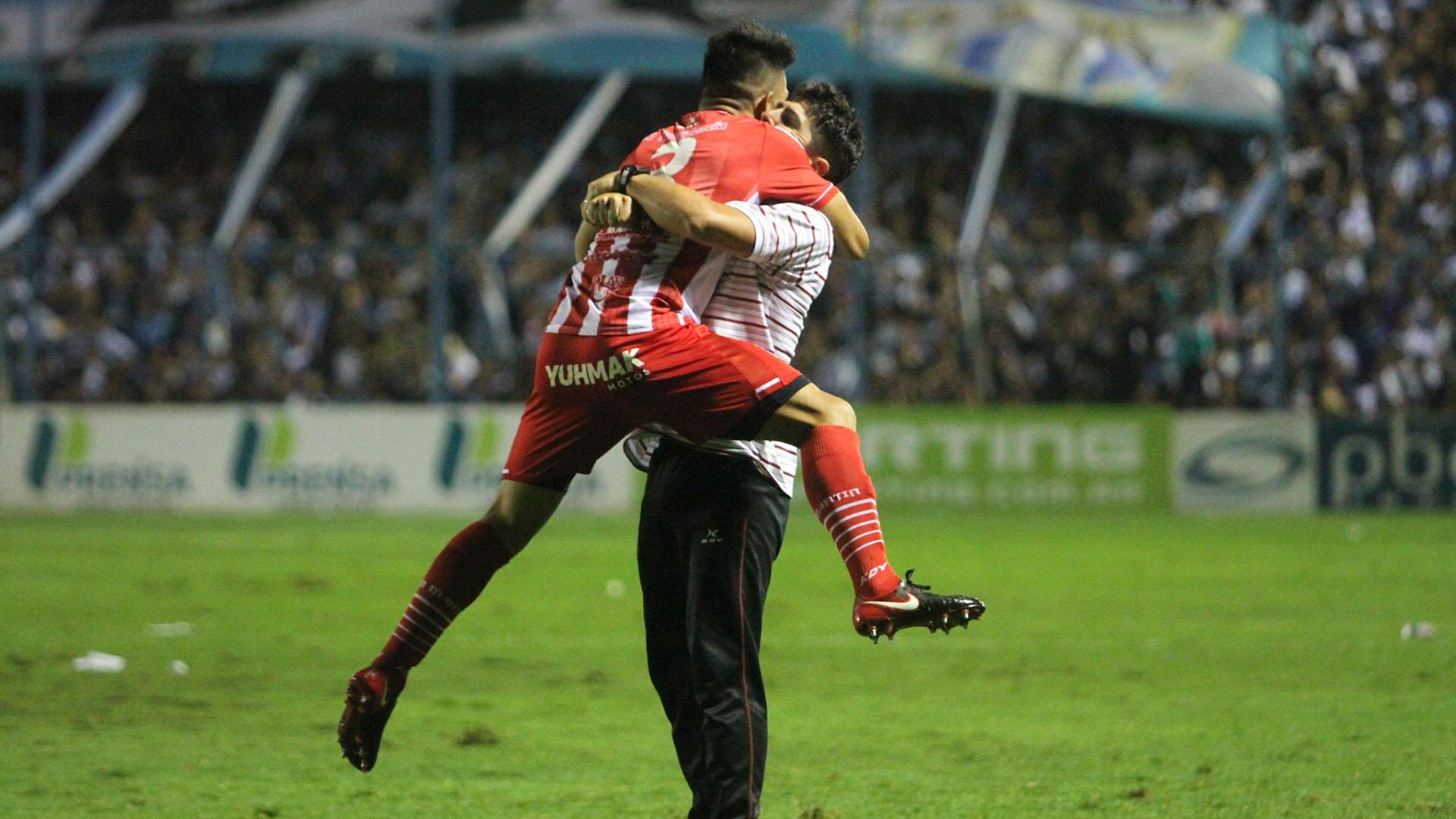 Martínez y Graf se funden en un abrazo interminable (Nicolás Nuñez)