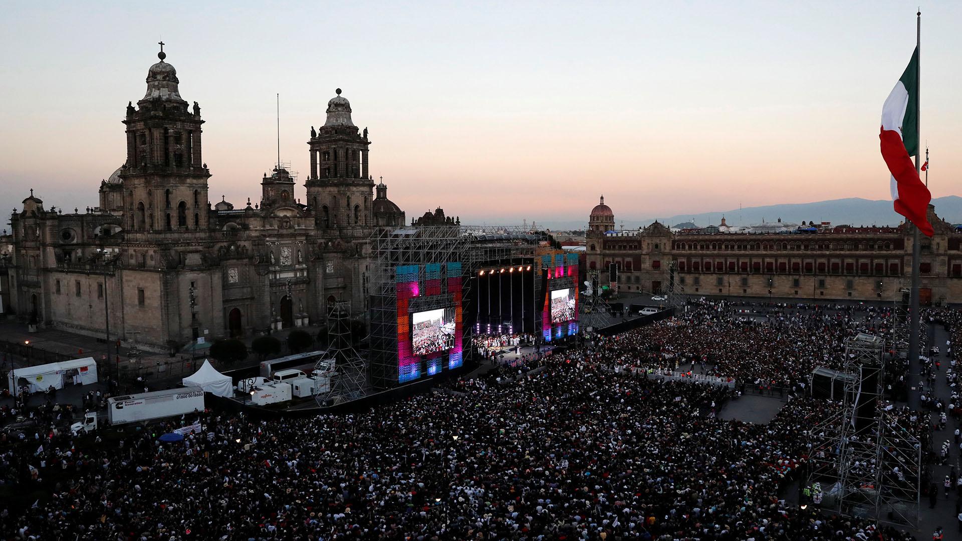 El Zócalo de la Ciudad de México abarrotado de gente para escuchar el primer mensaje como presidente de Andrés Manuel López Obrador el 1 de diciembre