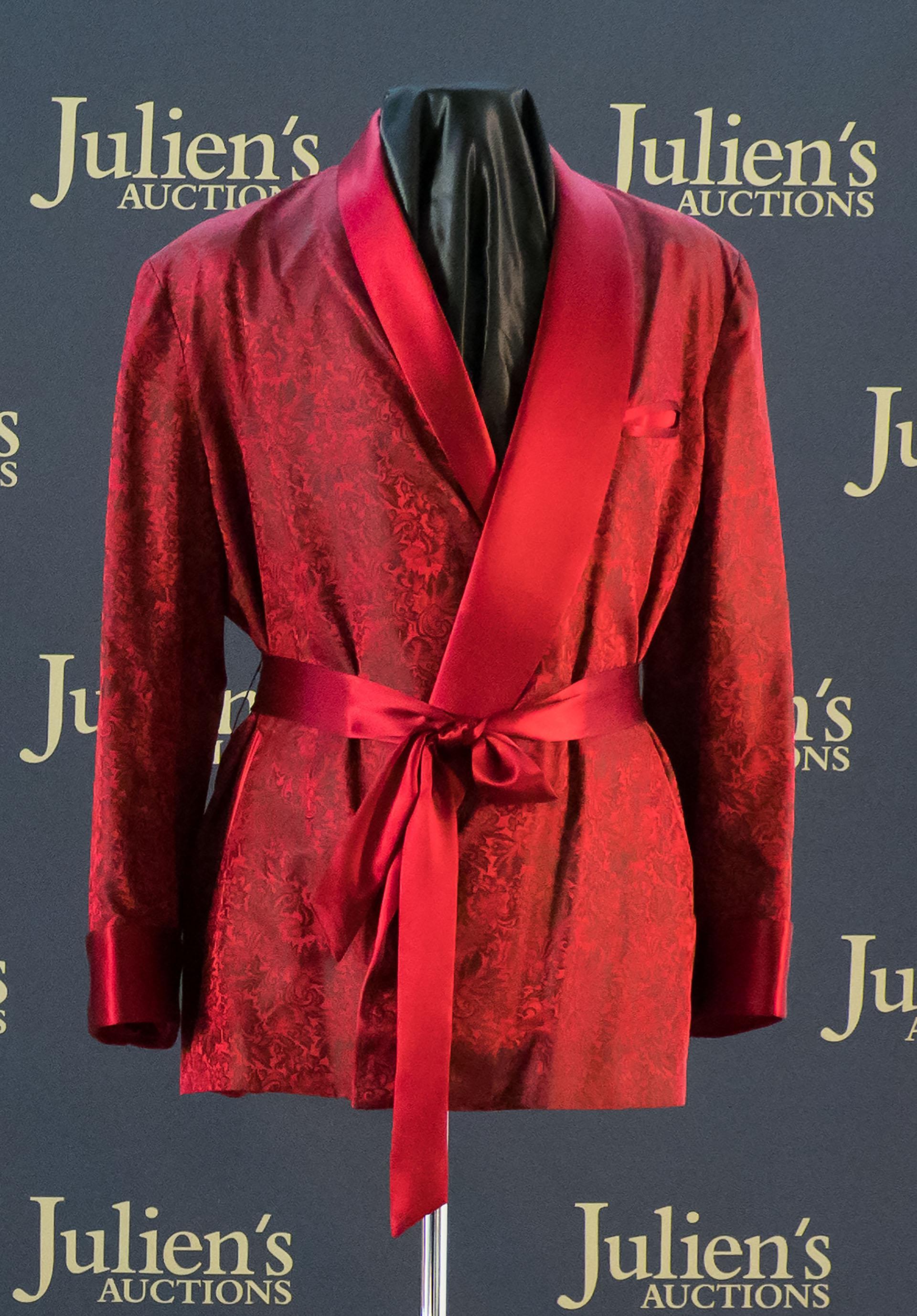 Una de sus batas en seda roja fue vendida por 41.600 dólares