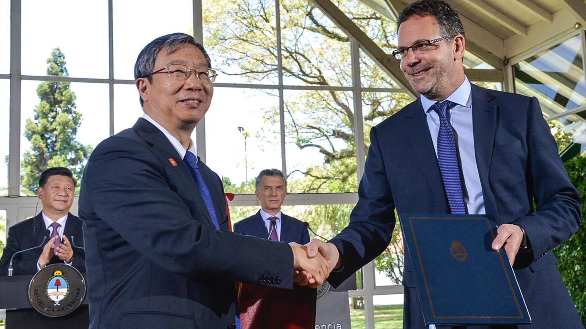 El presidente del BCRA Guido Sandleris y el presidente del Banco Popular de China Gang Yi en la en la firma de la ampliación del swap de monedas