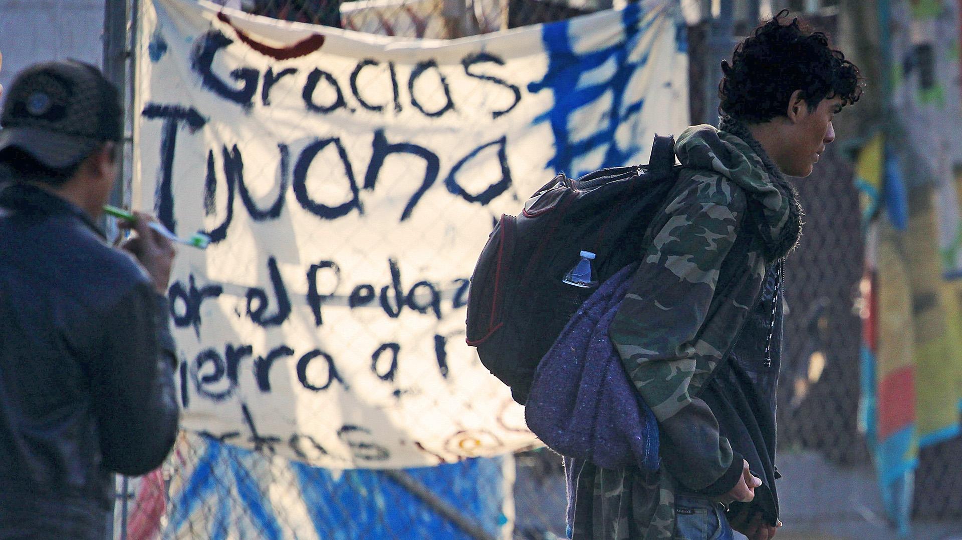 Los migrantes serán trasladados a otro predio atendido por el Instituto Nacional de Migración. (Foto: EFE)