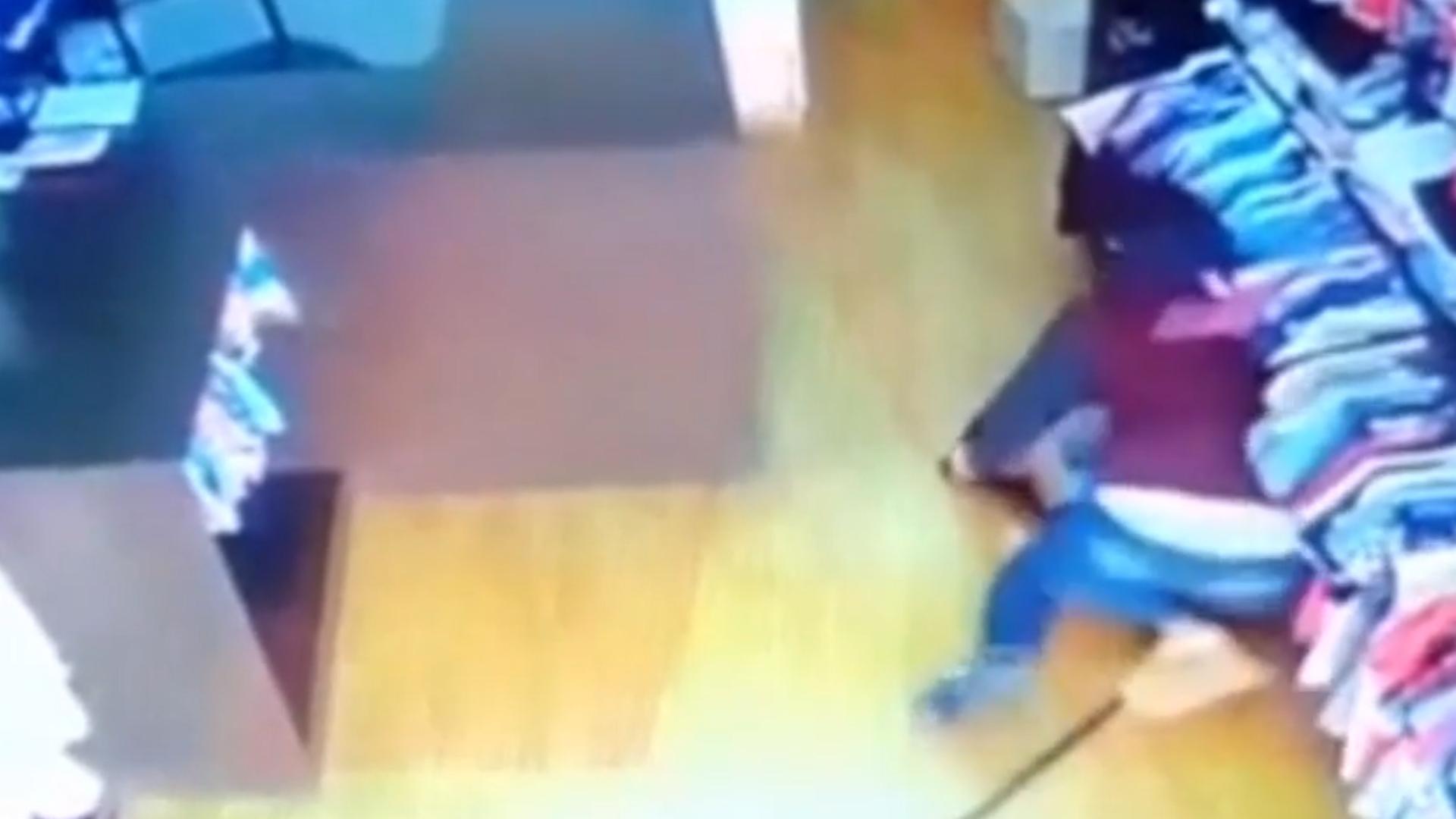 Tras ser apuñalada la mujer cayó en piso, debajo de la ropa que estaba colgada de las perchas