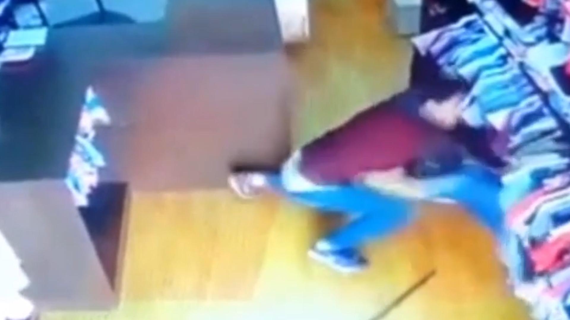 Su ex la atacó mientras trabajaba