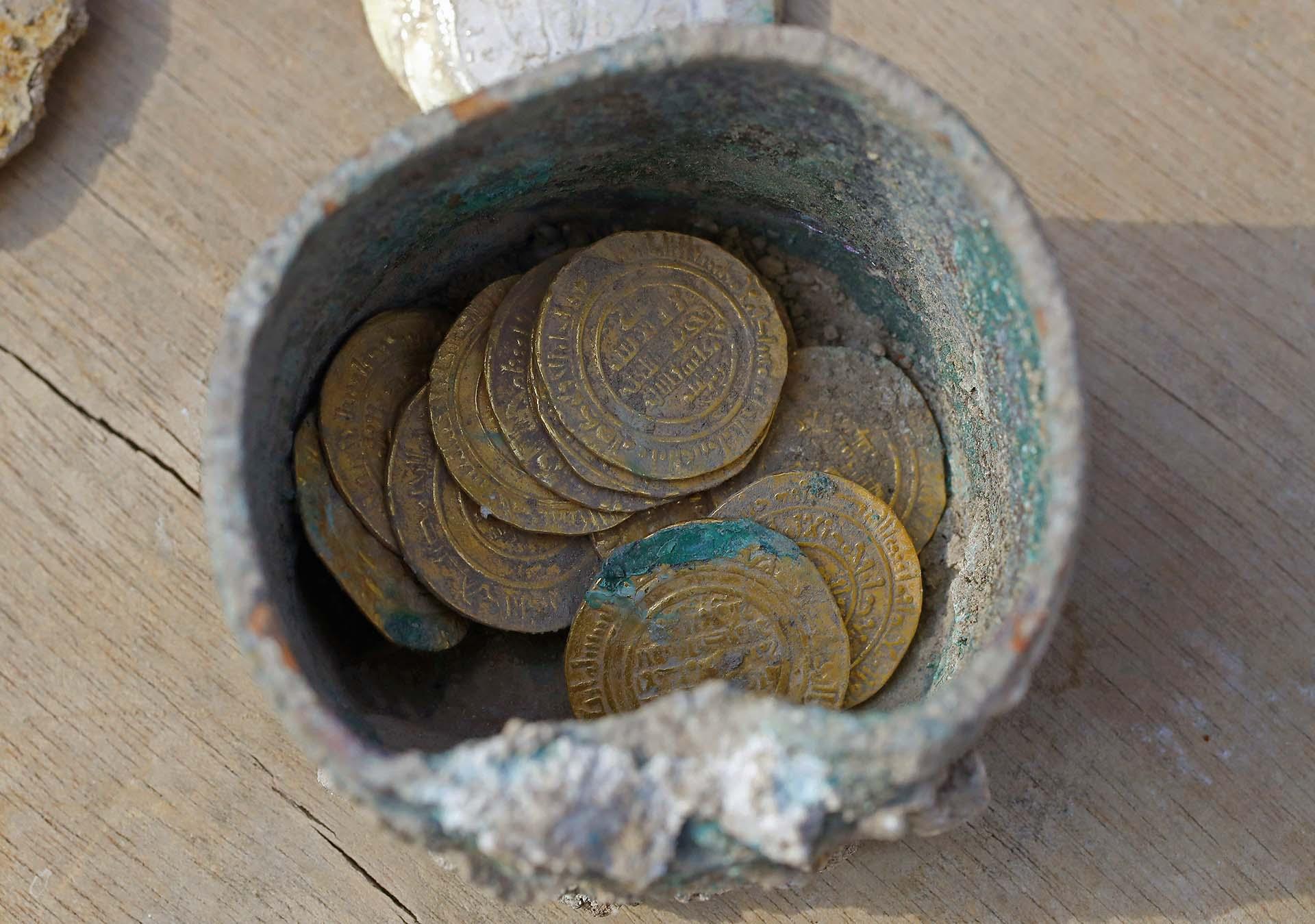 La zona de excavaciones, en la que la Fundación Rothschild ha invertido más de 150 millones de shékels (unos 35 millones de euros), es parte de un complejo construido por Herodes hace más de 2.000 años, como tributo a su mecenas romano, el emperador Augusto, y la diosa Roma