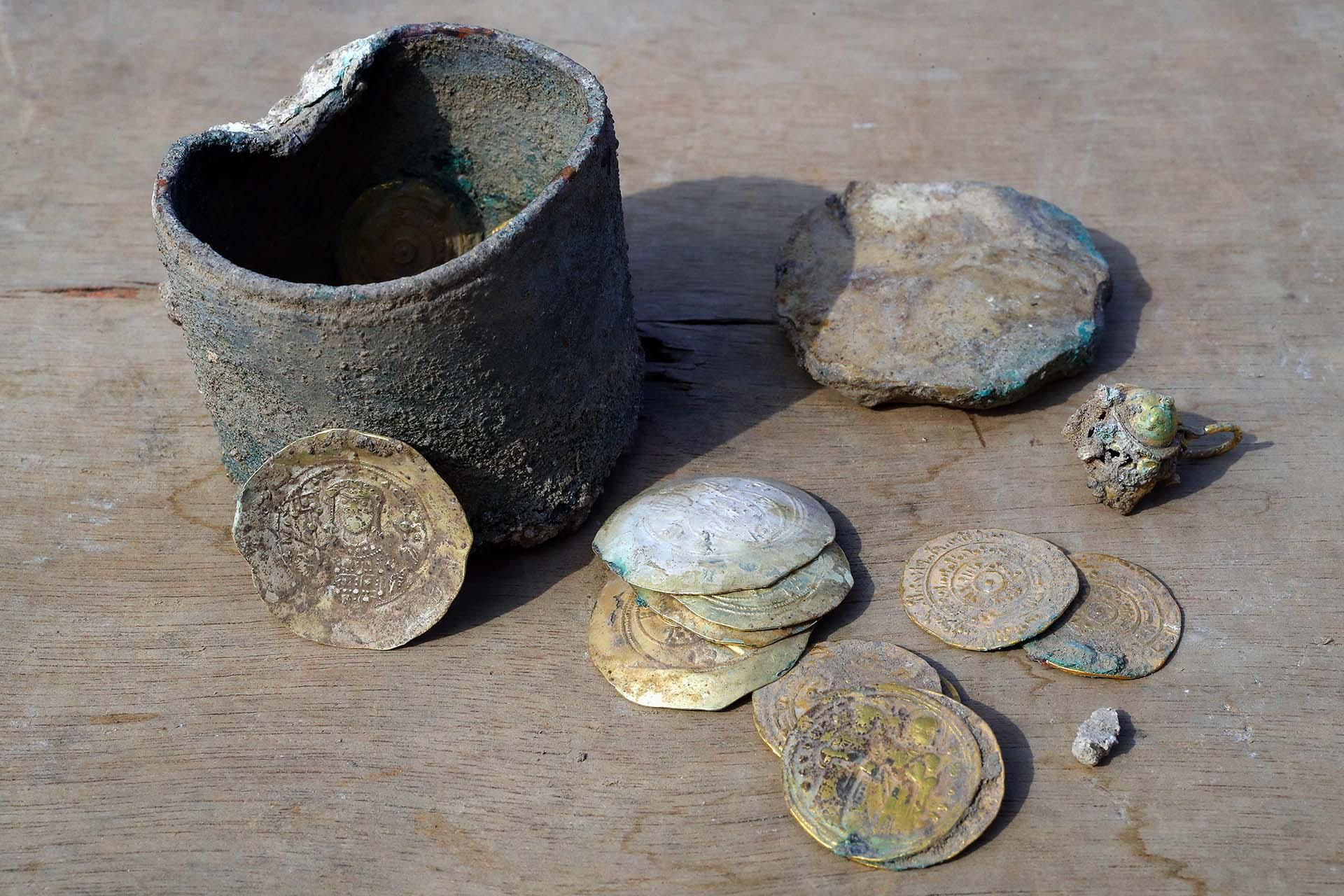"""Según el experto en monedas de la AAI, Robert Kool, las piezas encontradas no circulaban localmente, y sugieren relaciones comerciales entre Cesárea y Constantinopla. """"Una o dos de estas monedas equivalían al salario anual de un granjero sencillo, de modo que quien depositara el cofre o era alguien adinerado o estaba relacionado con el comercio"""", consideró Kool"""