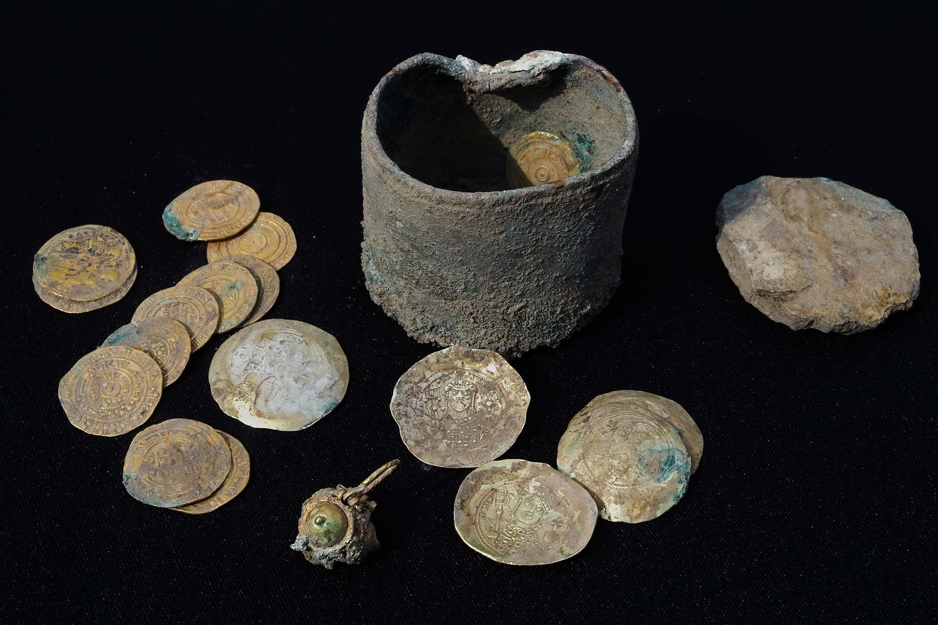 """""""Entra dentro de lo razonable asumir que el dueño del tesoro y su familia perecieron en la masacre o fueron vendidos como esclavos, y por lo tanto no pudieron recuperar su oro"""", señalan los arqueólogos"""