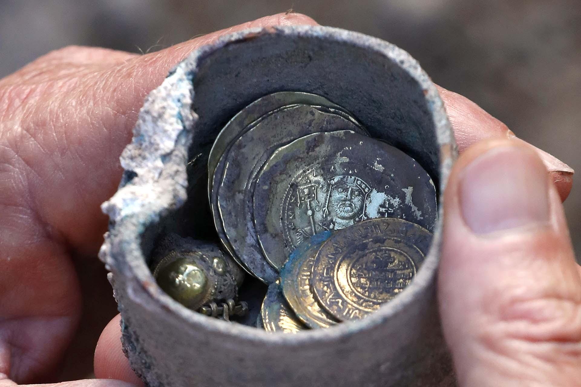 El tesoro, un pequeño cofre de bronce que contiene 24 monedas de oro y un pendiente del mismo metal precioso, fue desenterrado hace pocos días en el Parque Nacional de Cesárea, extraído de entre dos piedras al lado de un pozo situado en una casa de un vecindario de hace casi un milenio, informó un comunicado
