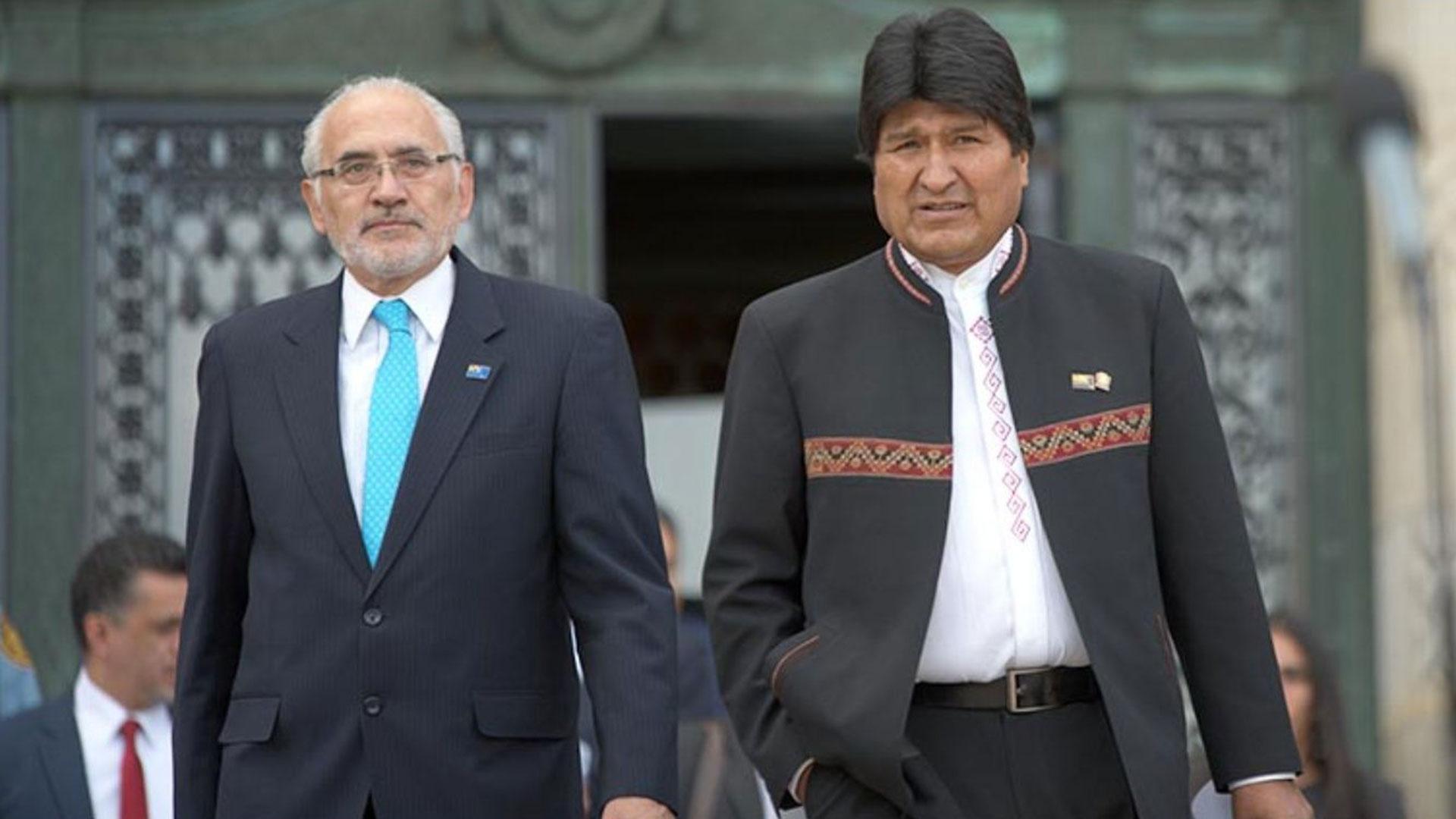 Carlos Mesa junto a Evo Morales. Aunque adversarios, han trabajado juntos en políticas de estado bolivianas, como el reclamo por la salida al Océano Pacífico