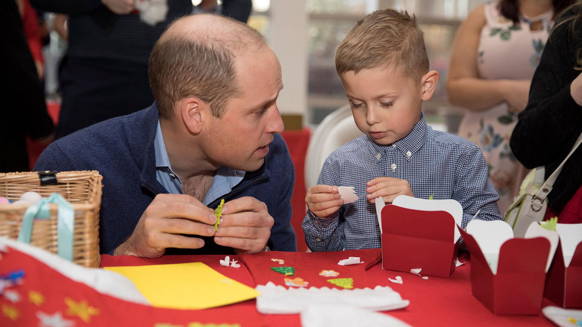 Acompañado por uno de los niños, el príncipe Guillermo se sentó a preparar trufas de chocolate para la mesa navideña