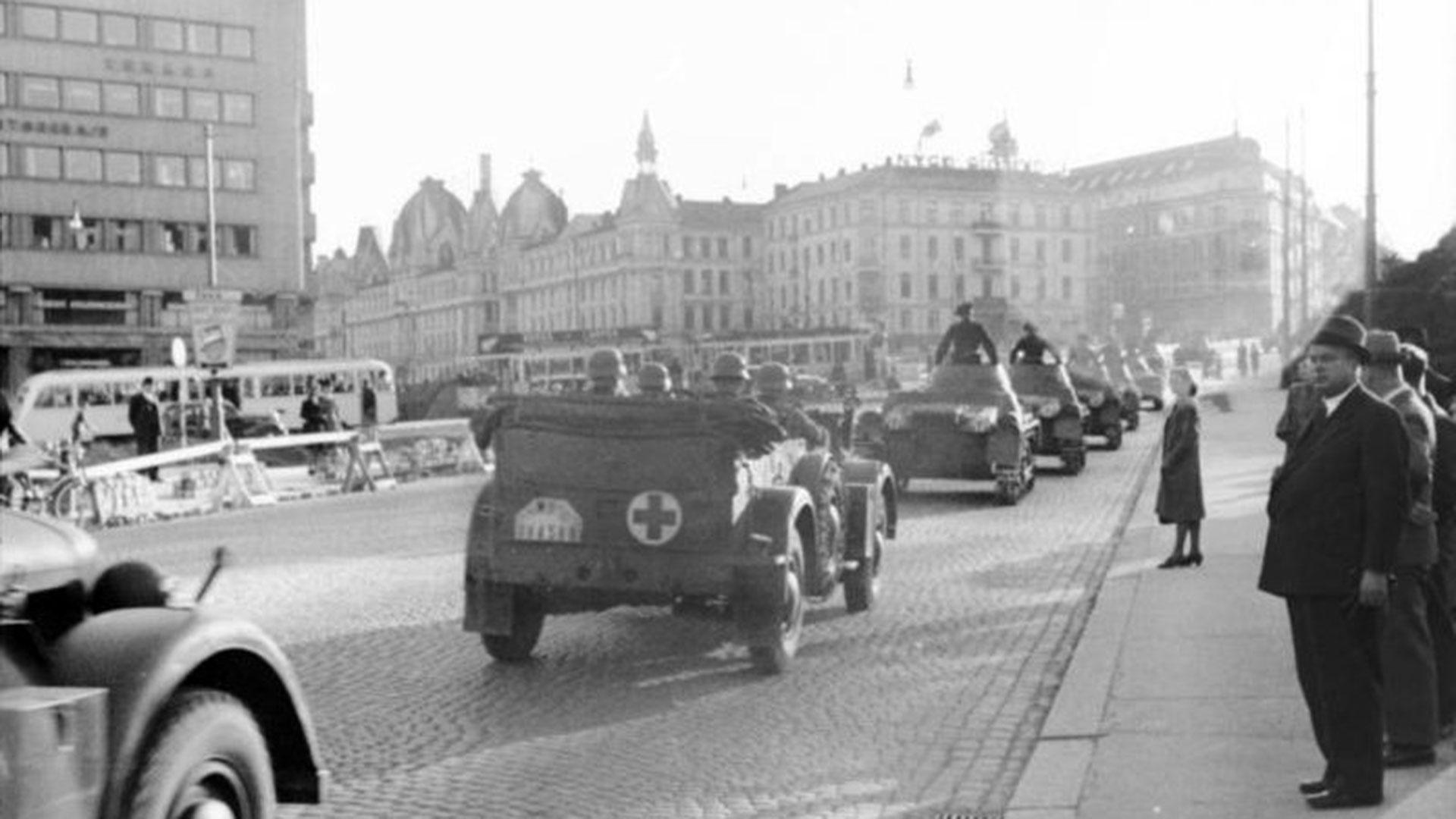 Automóviles alemanes arribando a la ciudad de Oslo en mayo de 1940