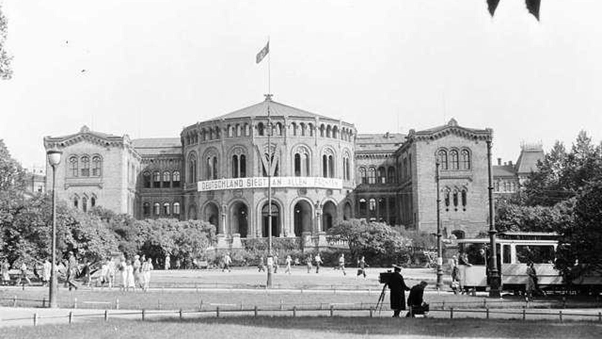 El edificio del parlamento noruego bajo ocupación nazi en mayo de 1941