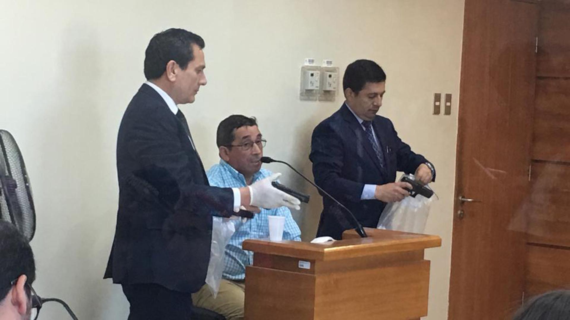 Una de las víctimas, el puestero Marcelo Riquelme, identificó junto a otros miembros de su familia el arma y vestimentas utilizadas durante el ataque porJones Huala, según acreditó la justicia chilena.