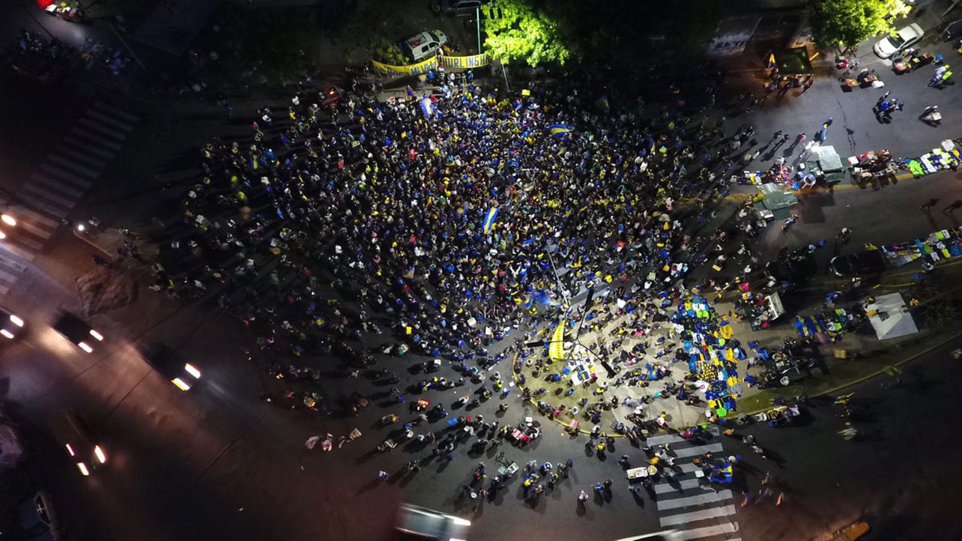 Como si se tratara de una procesión en busca de la gloria, los hinchas de Boca improvisaron un banderazo