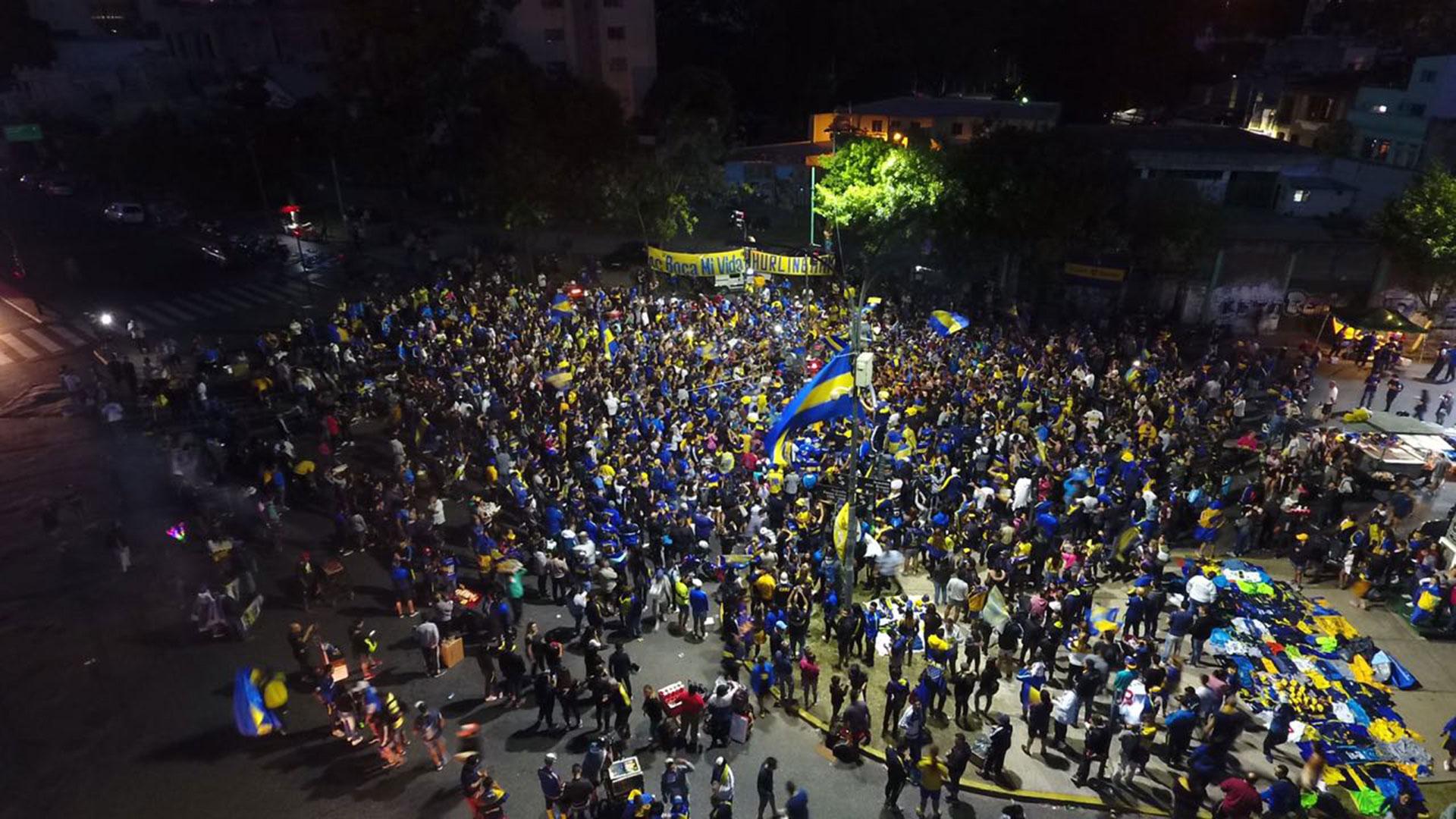 Del mismo modo que ocurrió el día que debían jugar en el Monumental, miles de fanáticos se reunieron en las inmediaciones de la Bombonerita