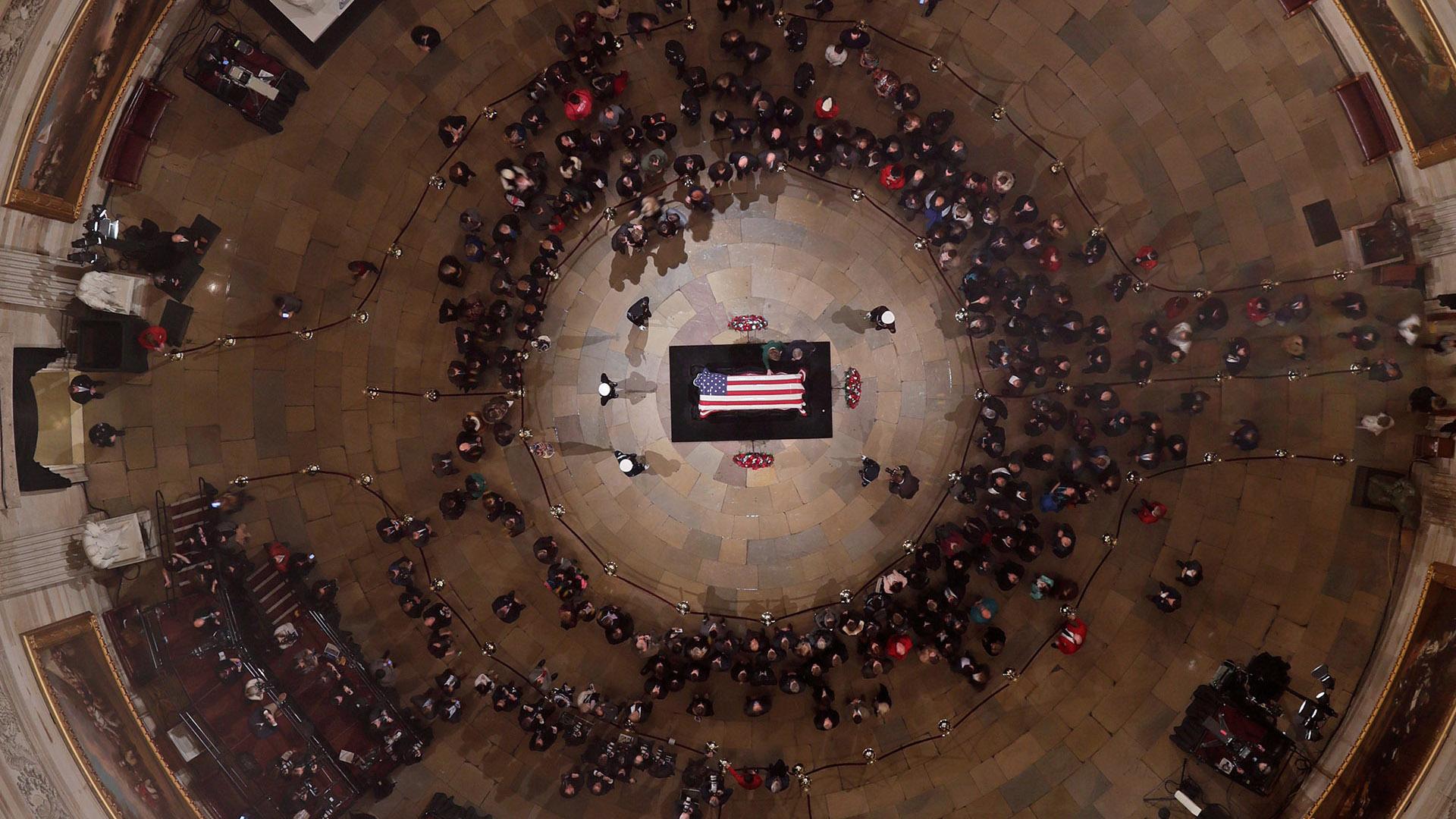 Centenares de personas se acercaron al Capitolio en Washington, DC, para despedir los restos del ex presidente George H.W. Bush el 3 de diciembre