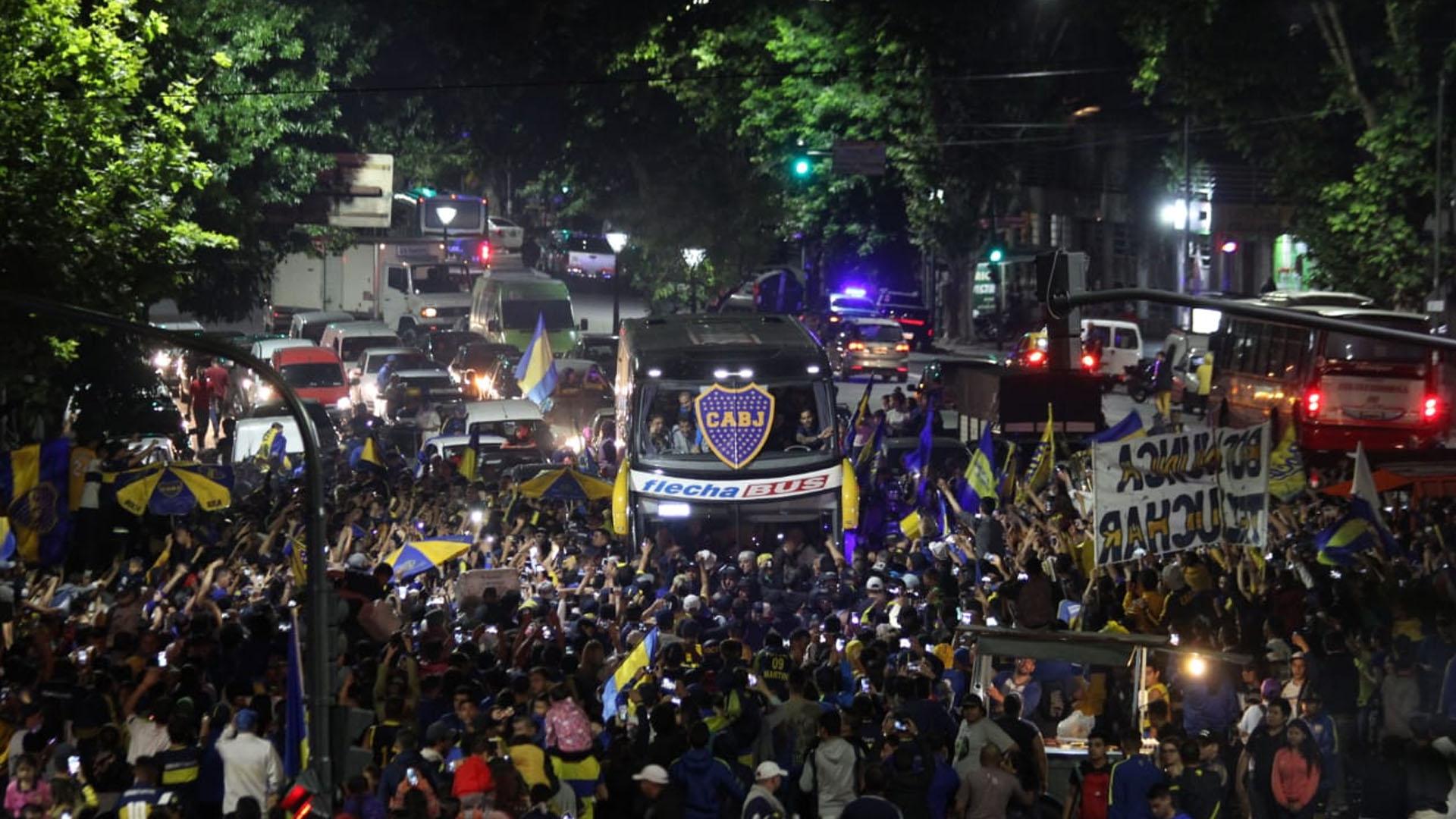 Los hinchas de Boca despidieron al equipo con un multitudinario banderazo