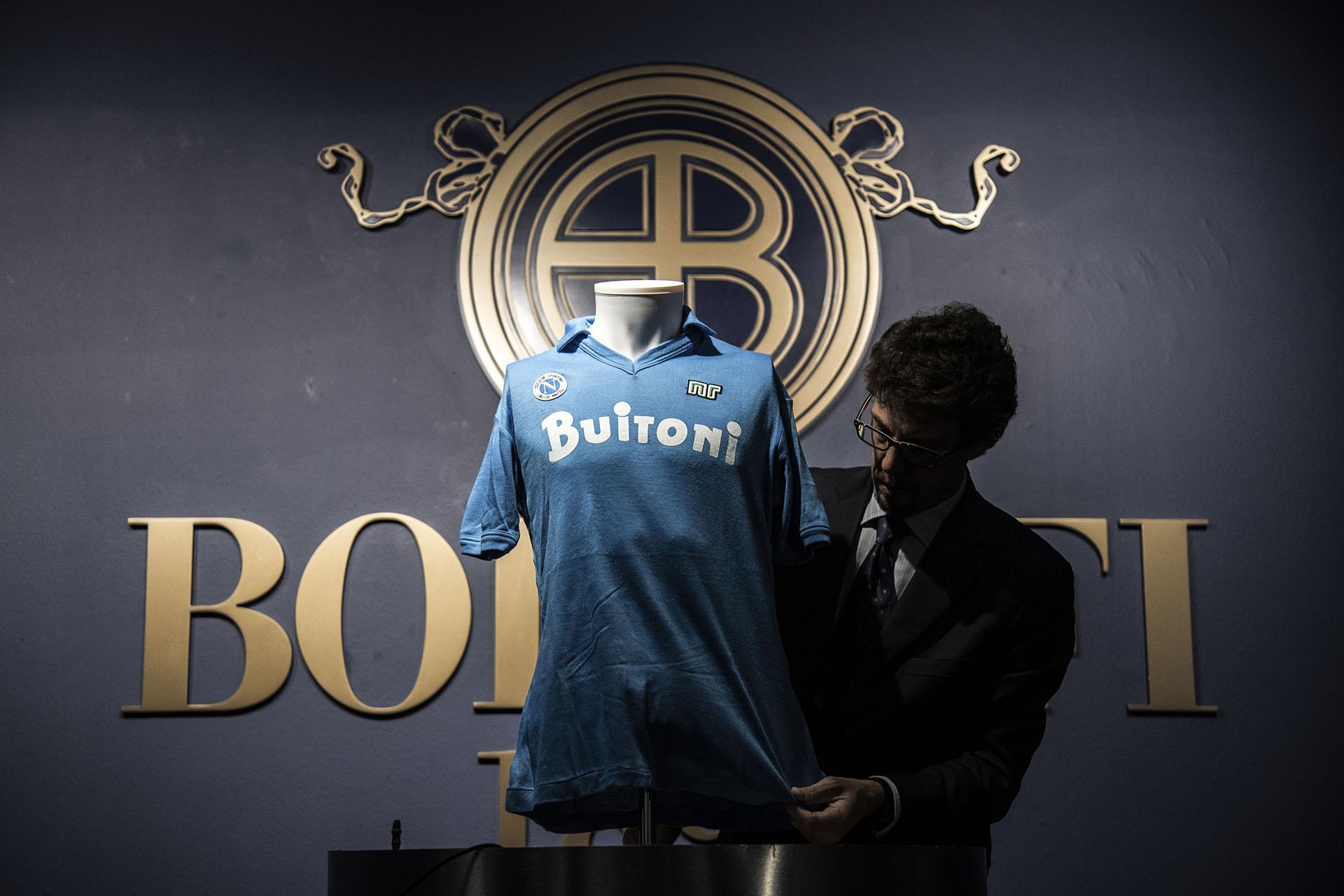 El intenso celeste de la insignia napolitana con la que Maradona dio la vuelta y conquistó Italia (Photo by MARCO BERTORELLO / AFP)