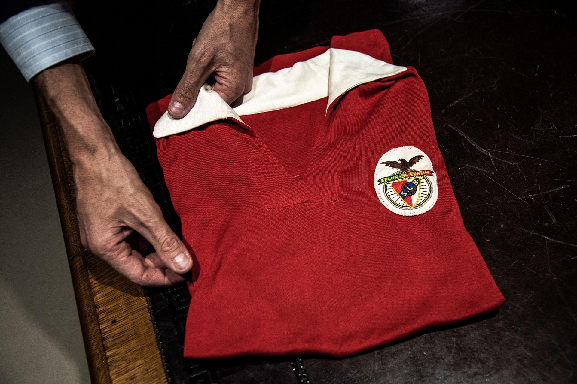 Una reliquida del Benfica usada por Raúl Machado correspondiente a la temporada 62/63: fue durante un partido contra el Milan por Champions League (Photo by MARCO BERTORELLO / AFP)