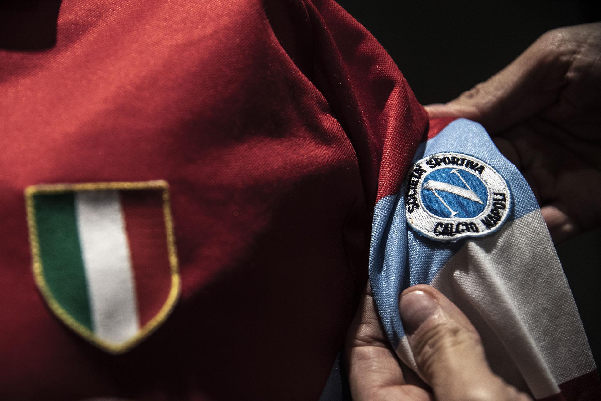 Esta camiseta roja (alternativa) del Napoli fue transpirada por Maradona durante la temporada 90/91 en Italia (Photo by MARCO BERTORELLO / AFP)