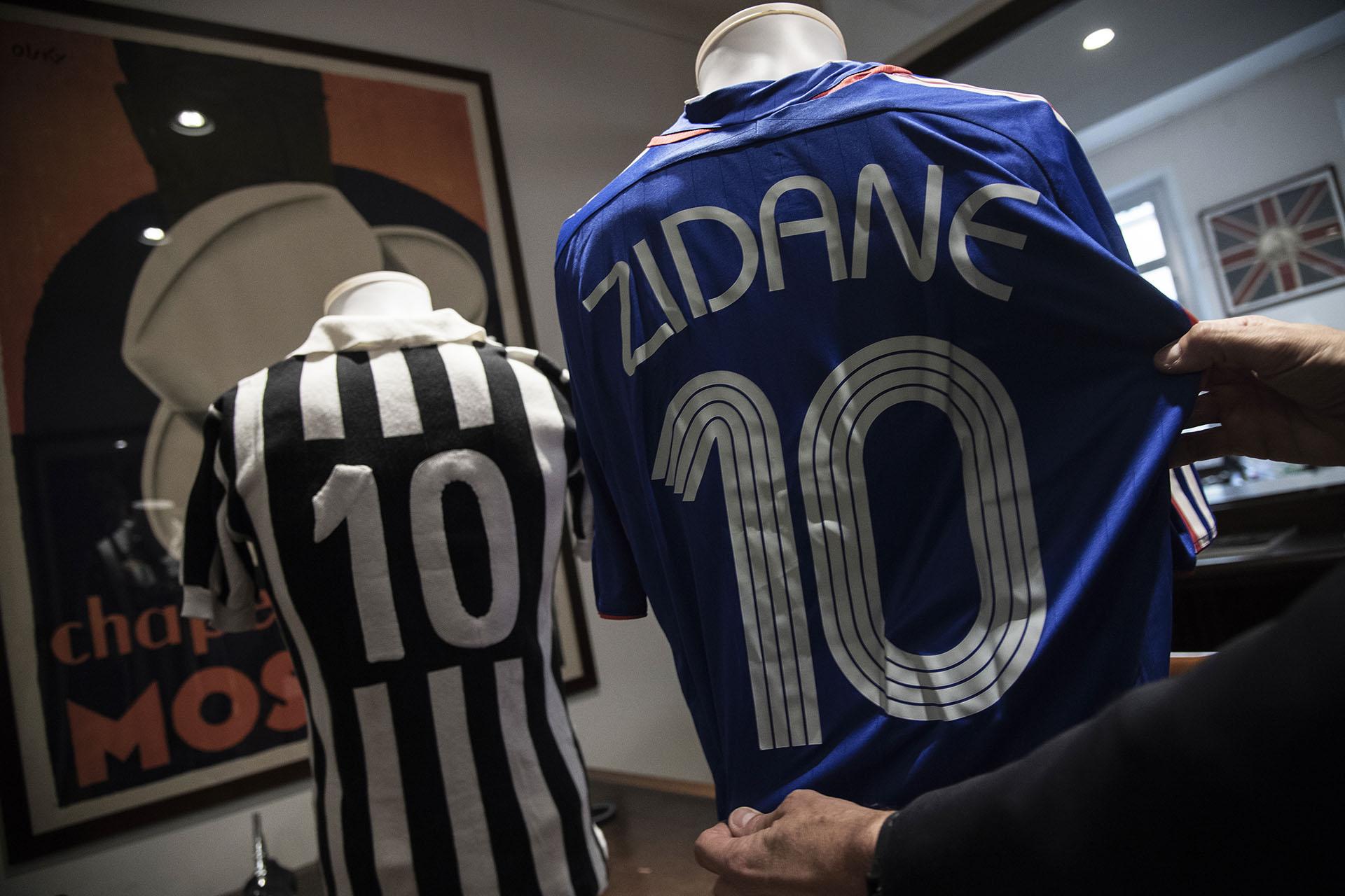 La imagen con las camisetas de dos figuras históricas francesas: la de la Juventus de Michel Platini (cotizada entre 5.000 y 7.500 euros) y la de la selección de Zidane (Photo by MARCO BERTORELLO / AFP)