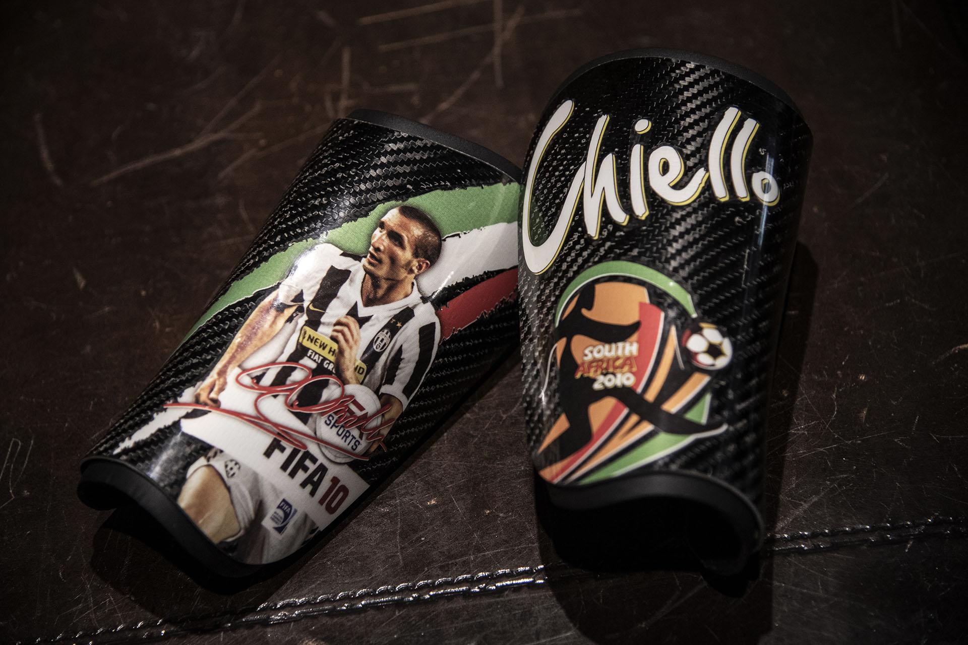 Una de las perlitas que tendrá la subasta en Turín: las canilleras de Giorgio Chiellini durante el Mundial de Sudáfrica 2010 (Photo by MARCO BERTORELLO / AFP)