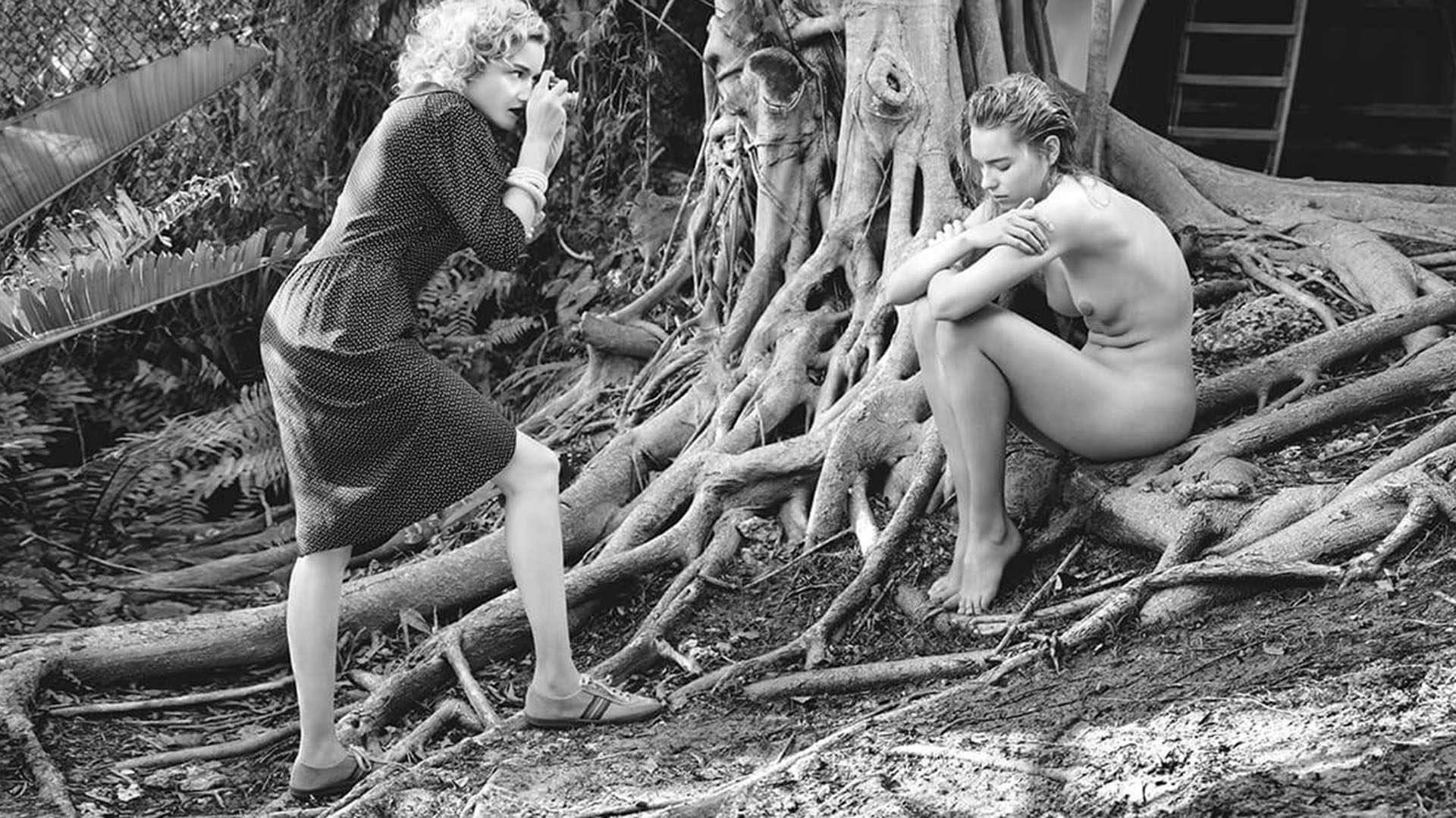 Julia Garner interpreta a una joven fotógrafa amante de la naturaleza y la soledad, que fotografía a su amiga, la modelo Astrid Eika