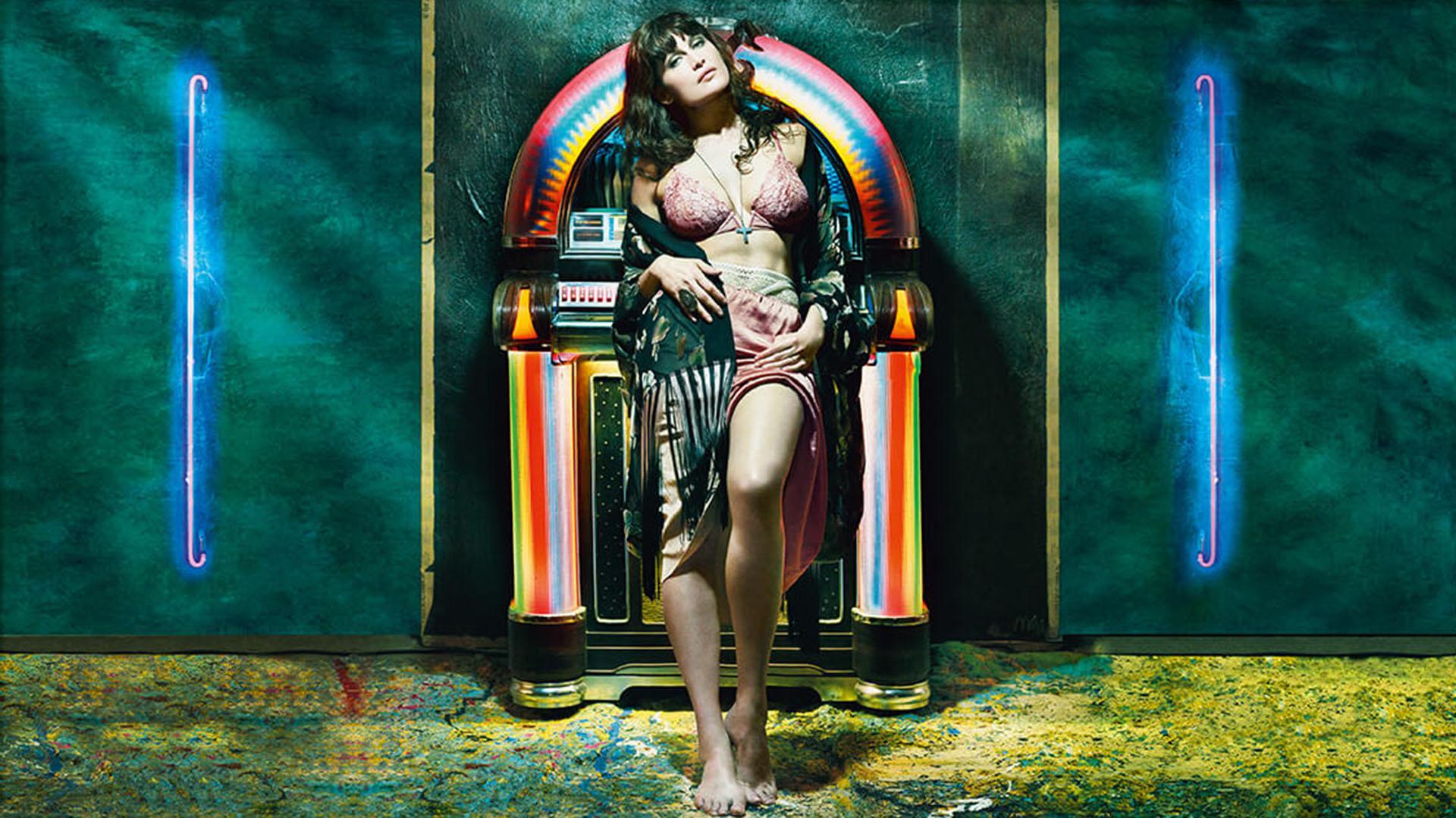 La modelo y actriz Laetitia Casta. muestra su gran sensualidad en la producción fotográfica
