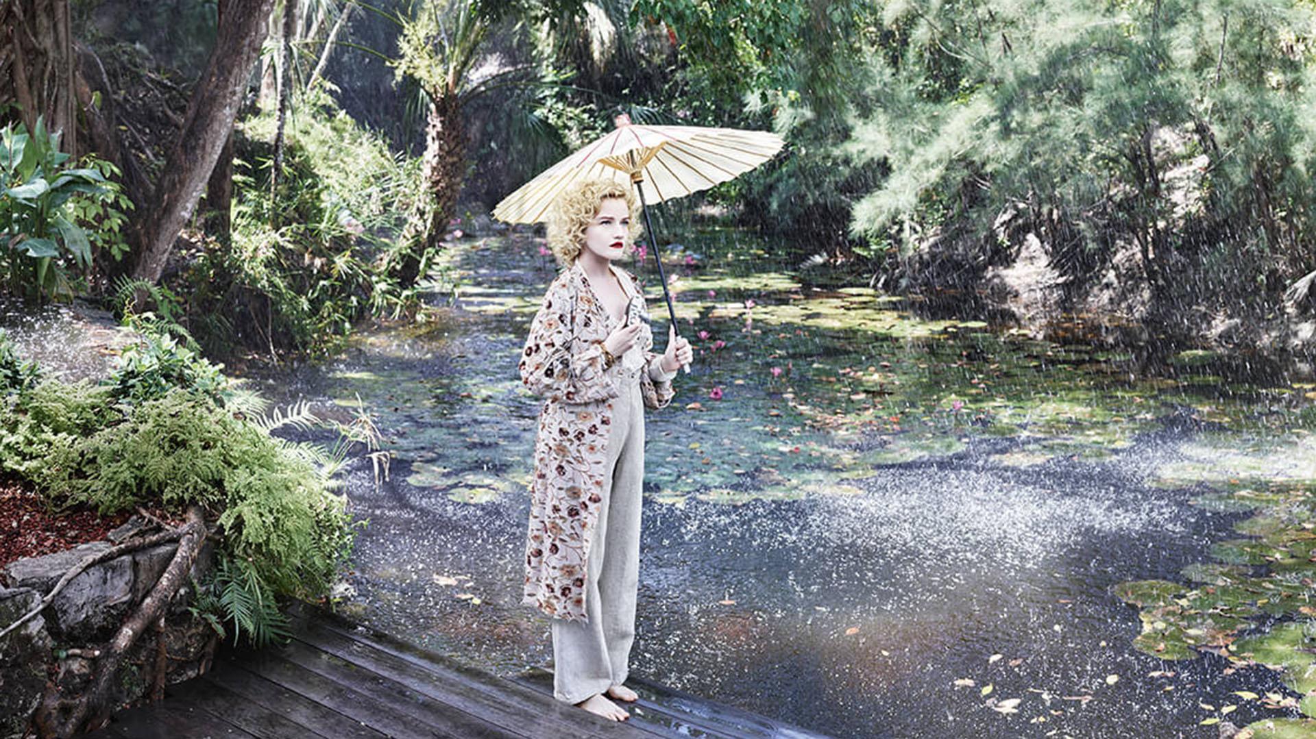 Julia Garner, que interpreta a una fotógrafa botánica, posa para Albert Watson en Miami, escenario del Calendario Pirelli 2019