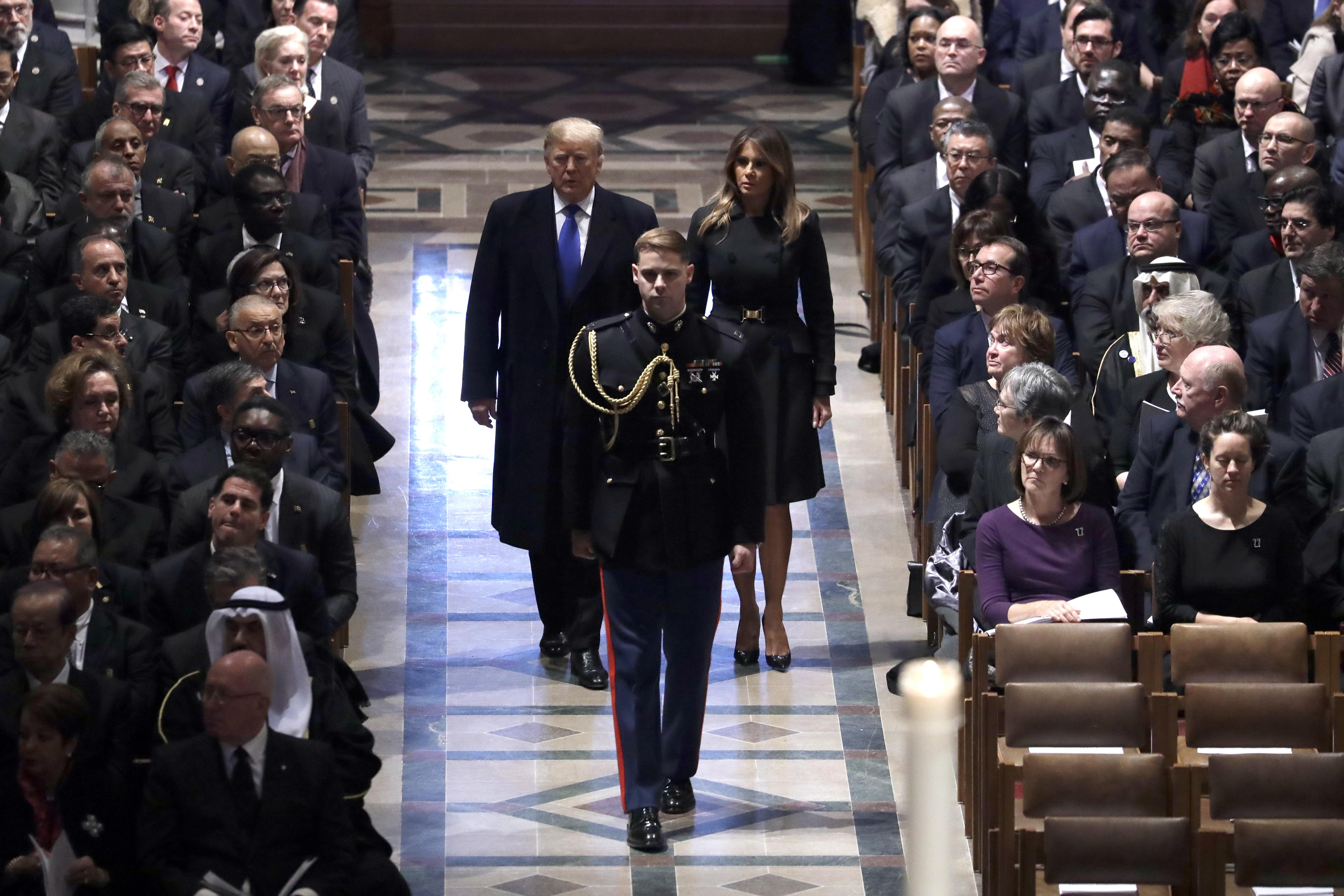 El presidente Donald Trump y la primera dama Melania Trump llegan al funeral del ex presidente George H.W. Bush, en la Catedral Nacional, el miércoles 5 de diciembre de 2018, en Washington. (AP)