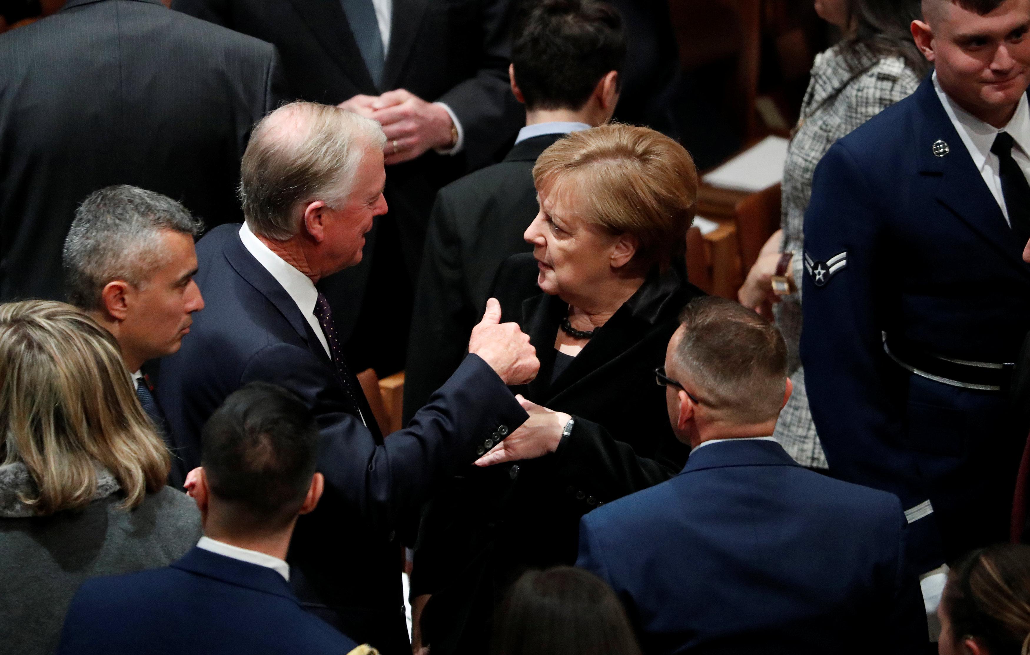 La canciller alemana Angela Merkel habla con el ex vicepresidente de Estados Unidos, Dan Quayle, en el funeral de estado del ex presidente de Estados Unidos George H.W. Bush en la Catedral Nacional de Washington en Washington, Estados Unidos, el 5 de diciembre de 2018. (Reuters)