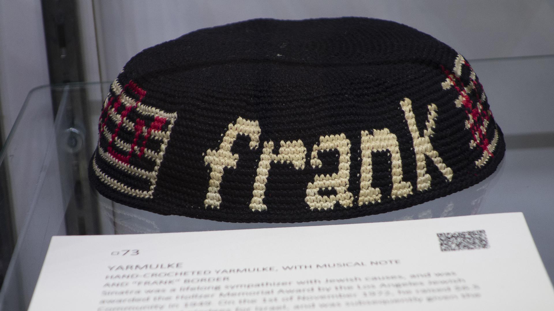 La kipá de Frank Sinatra es parte de la subasta Lady Blue Eyes: propiedad de Barbara y Frank Sinatra (Foto de Don EMMERT / AFP)
