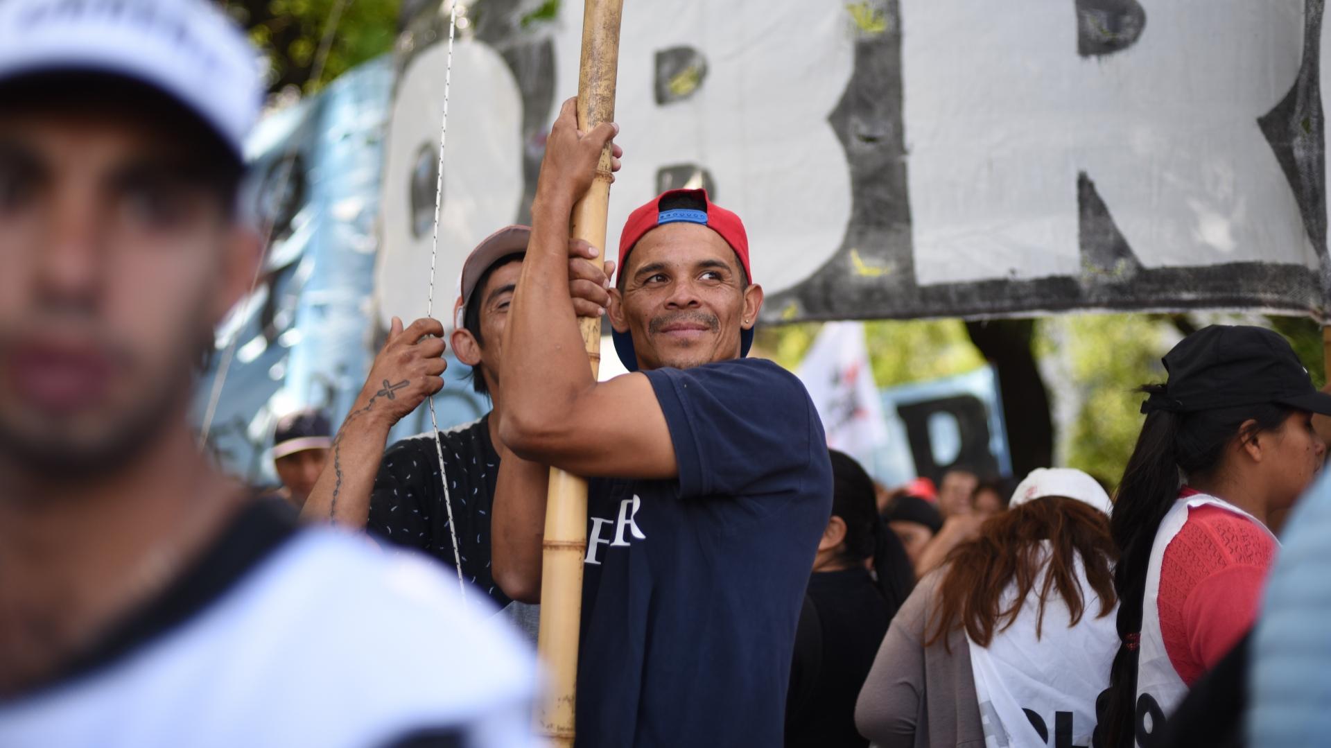 La manifestación permanece frente a la Policía