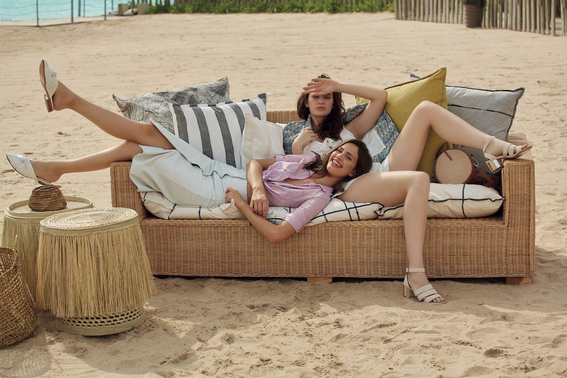 Luisi: camisa de poplín(Ted Bodin), pollera de cuero(Cher) y slippers de cuero($ 6.500, Carmela Achaval).Stefi: mono con glitter($ 1.940, Zhoue), sandalias de gamuza con pulsera($ 6.749, Paruolo) ybandolera de rafia con cuero ($ 4.250, Sofi Martiré).