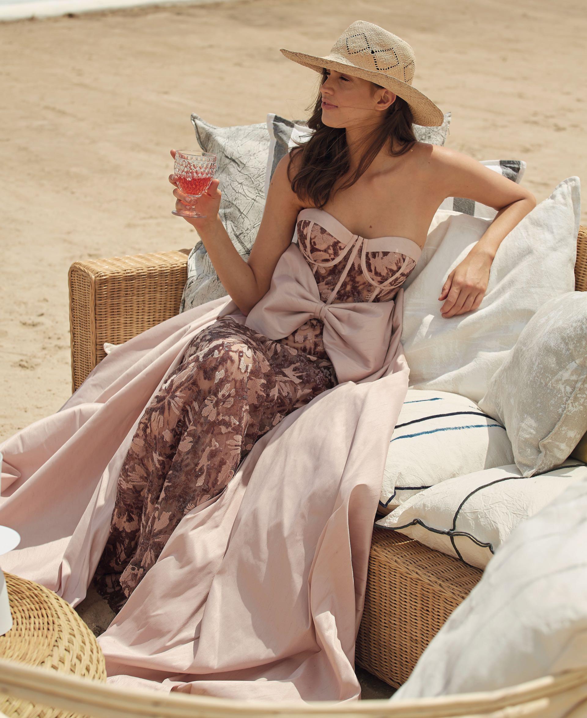 Vestido de lentejuelas con sobrefalda de shantung (Javier Saiach) y sombrero de paja ($ 1.950, Made in Chola).