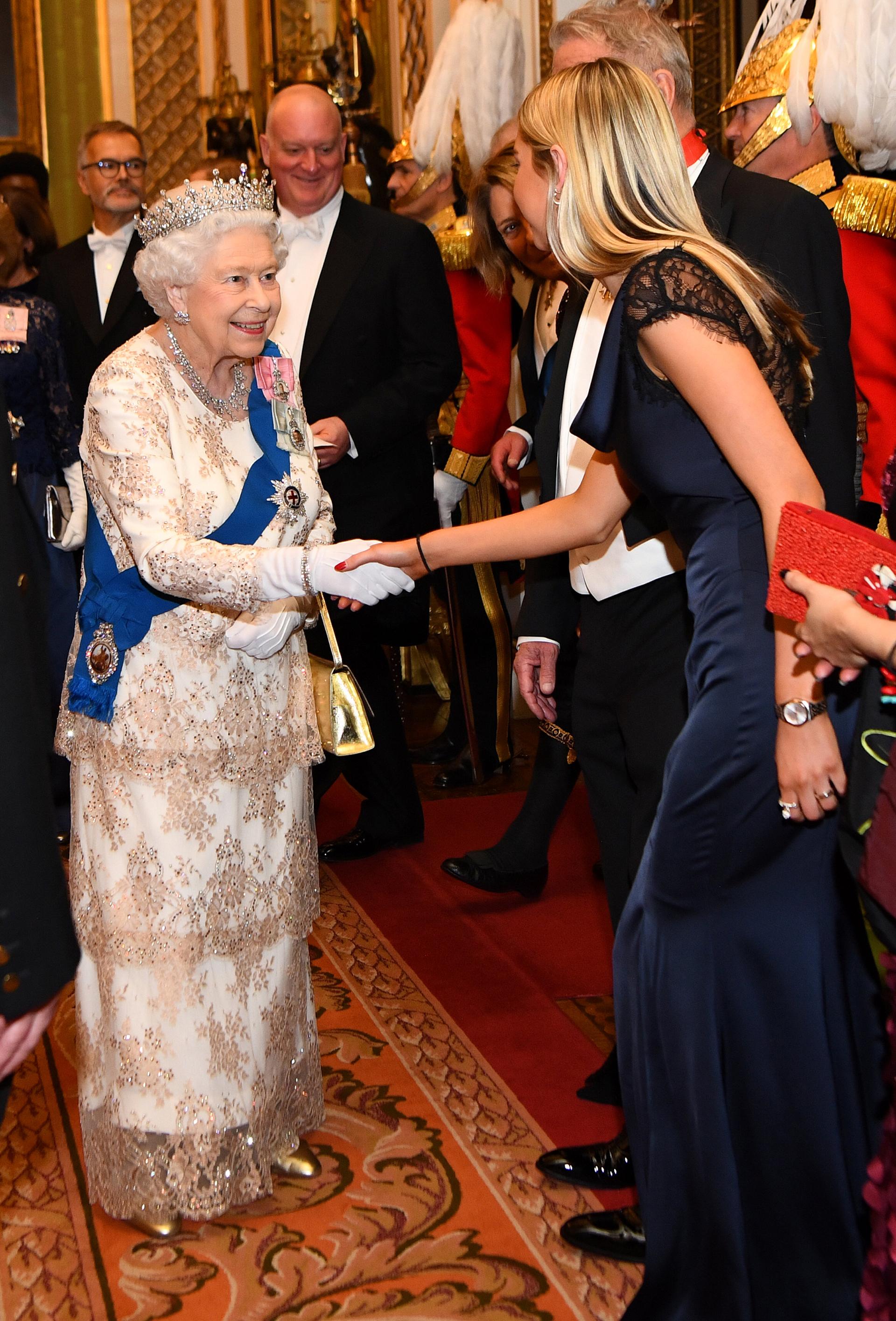 La reina saluda a los integrantes de la familia del embajador de Noruega, entre muchos otros miembros que asistieron y que conforman el cuerpo diplomático